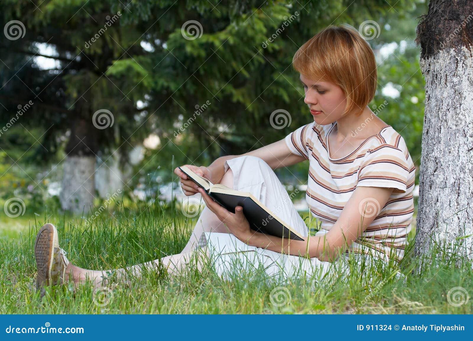 Студентка на траве 15 фотография