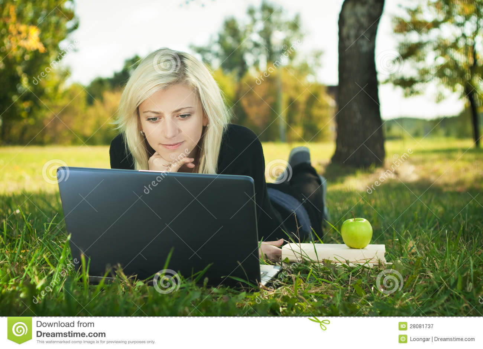 Студентка в парке 2 фотография
