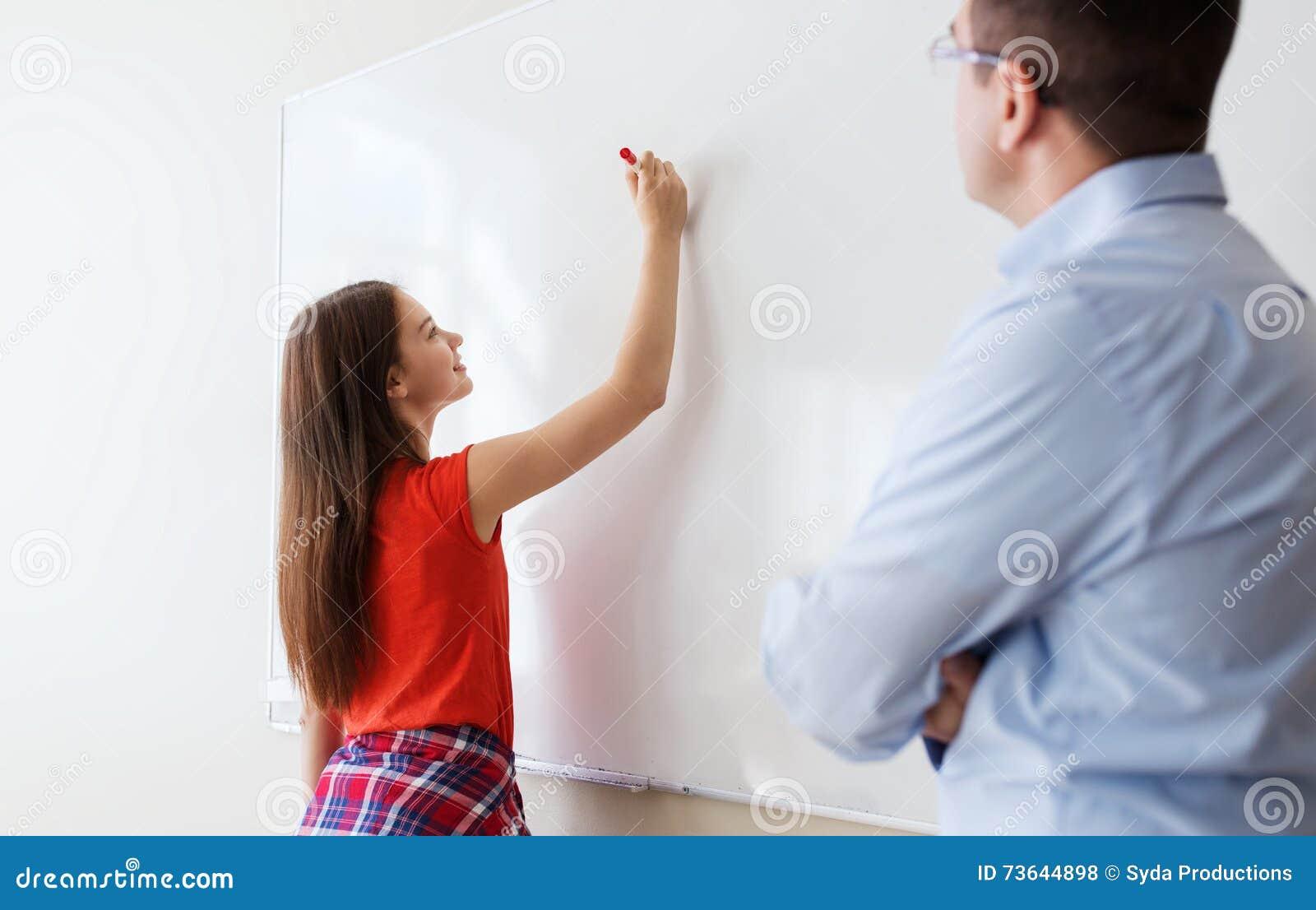 Student het schrijven aan boord en leraar op school