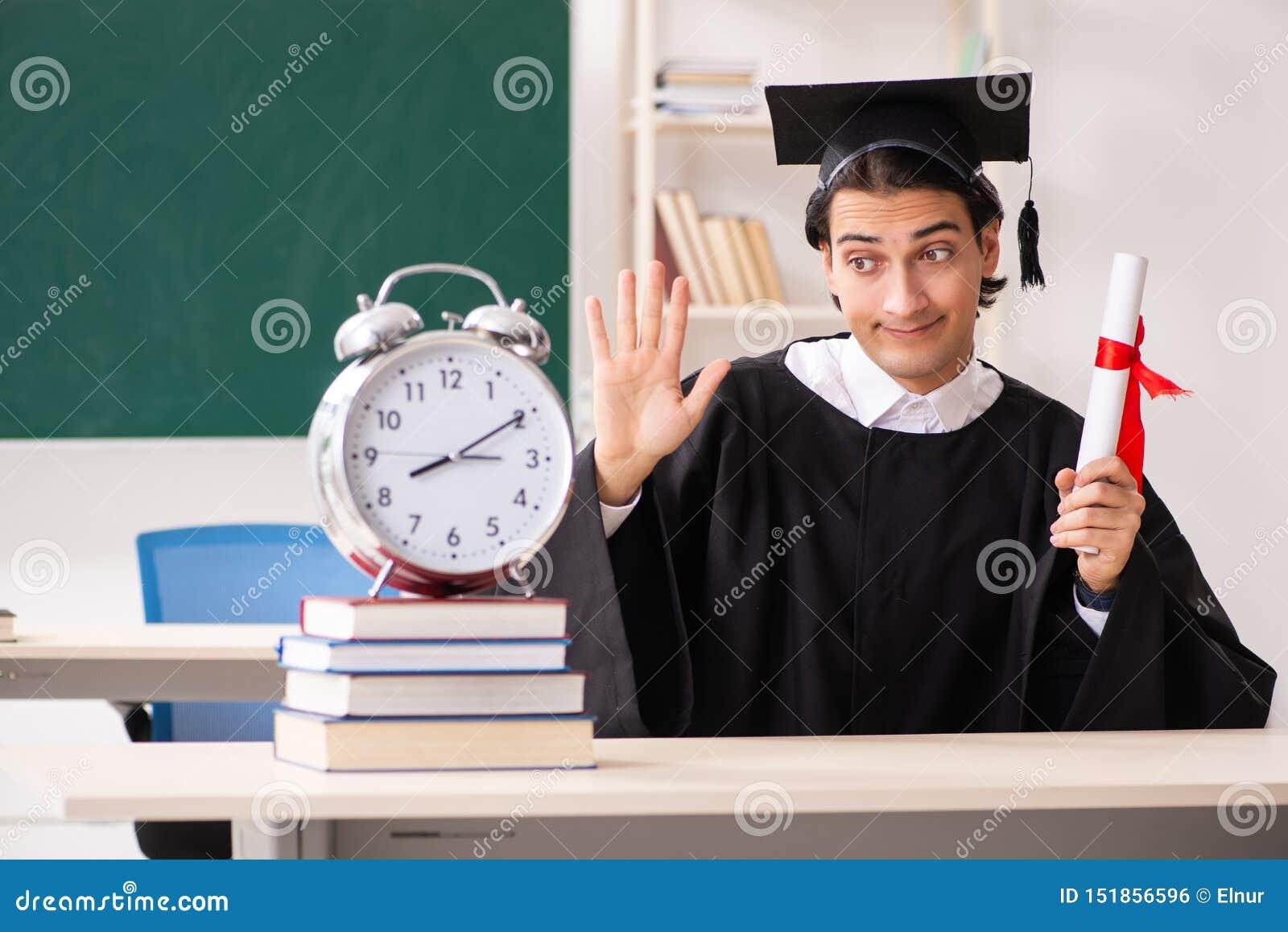 Student im Aufbaustudium vor gr?nem Brett