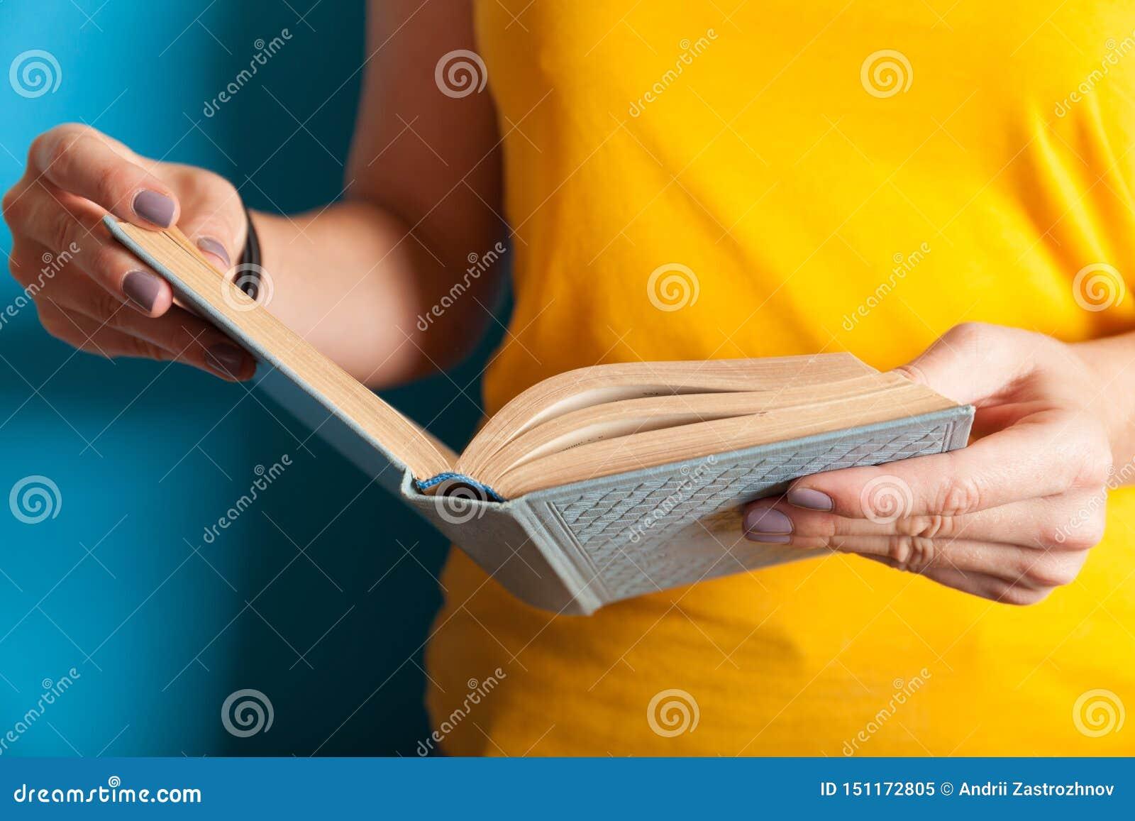 Student lernen Buch, jungen klugen Verstand Gelesenes Buchkonzept