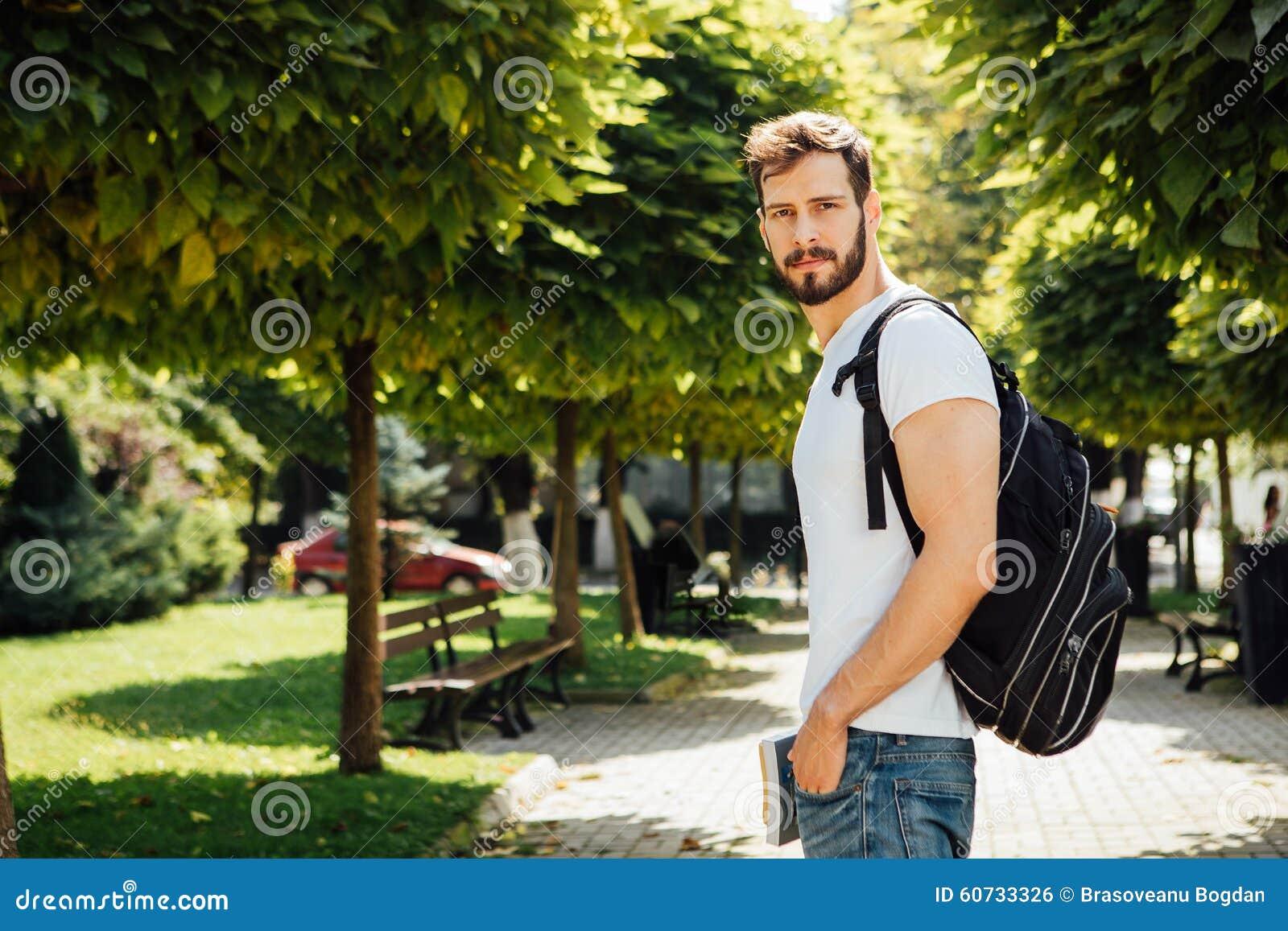 Student met buiten rugzak