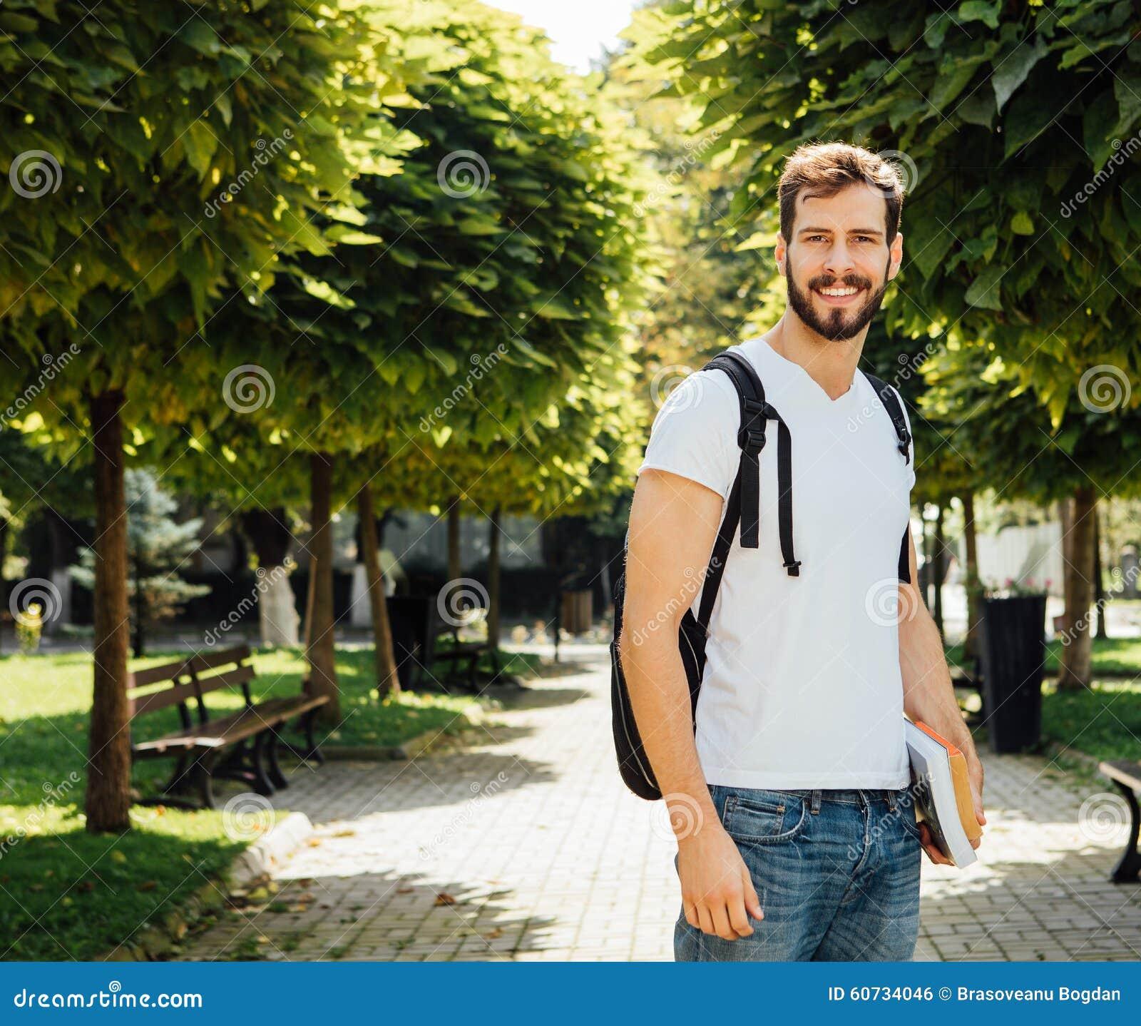 Student mit Rucksack draußen
