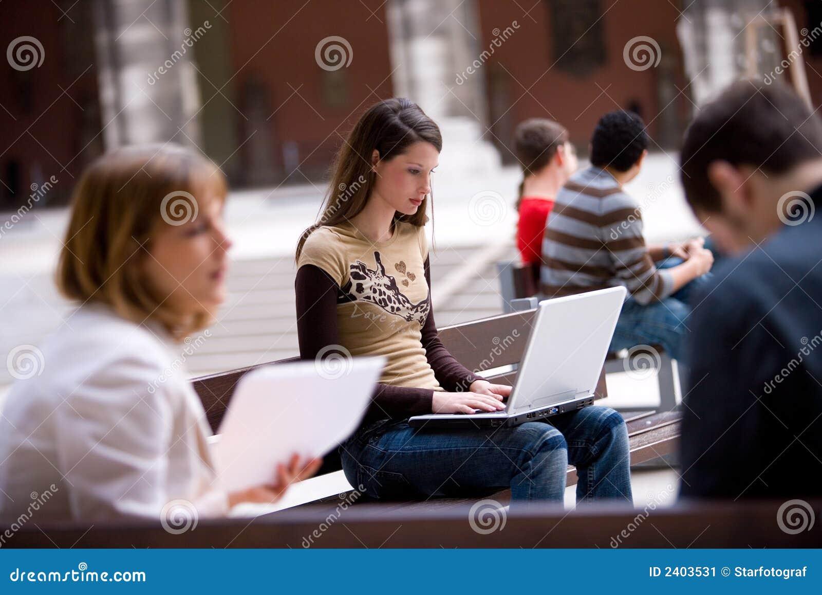 Student openlucht met laptop PC