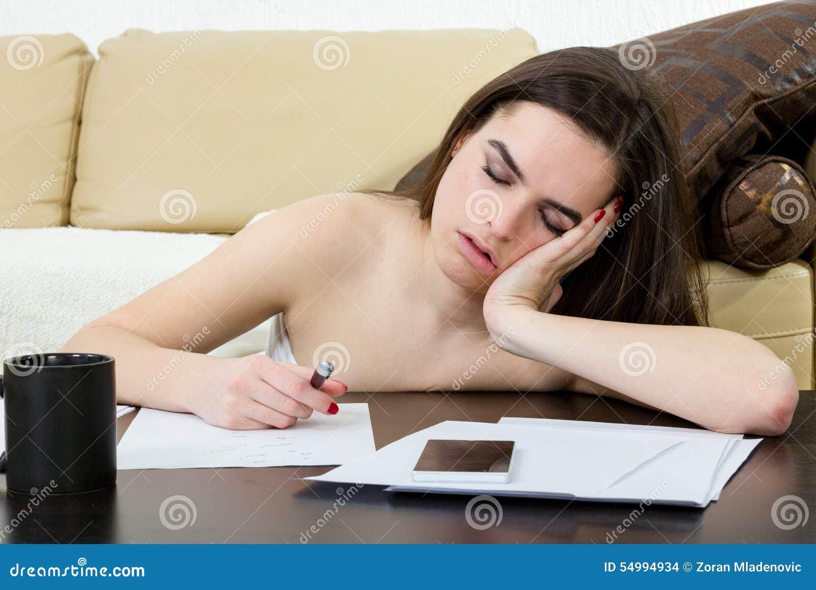 Student som tröttas och sovas i hennes vardagsrum över anmärkningarna