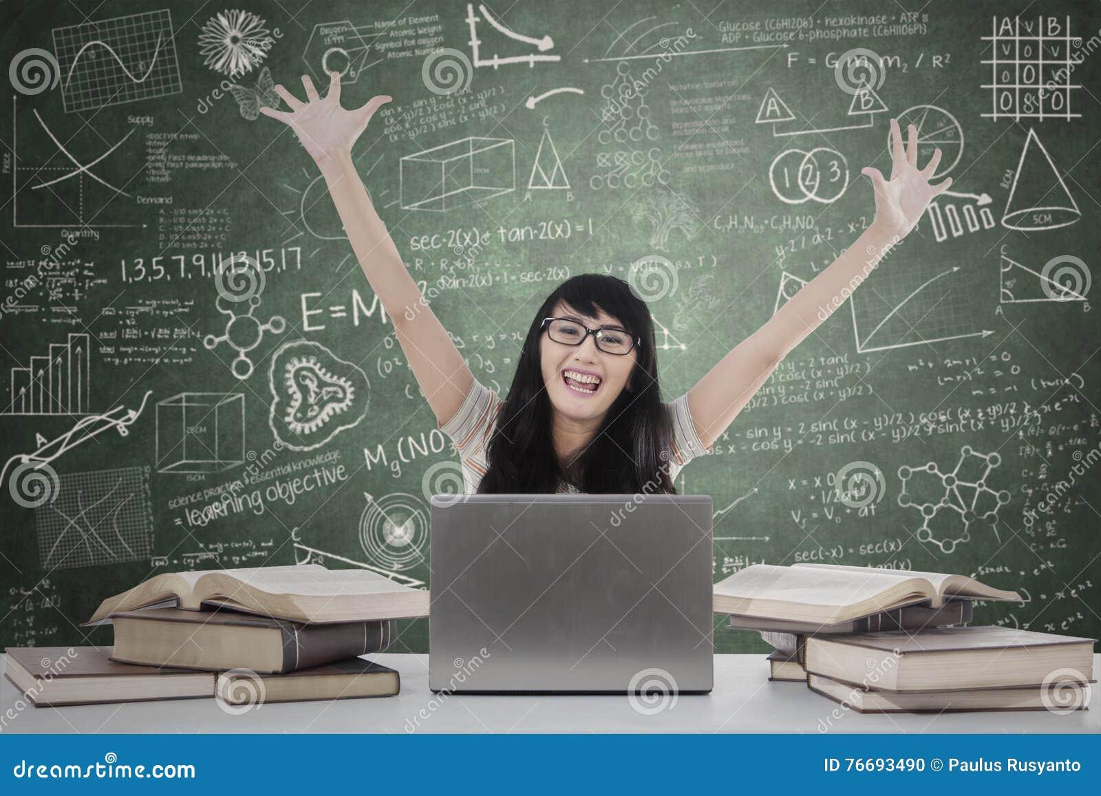 Student som uttrycker lycka i gruppen