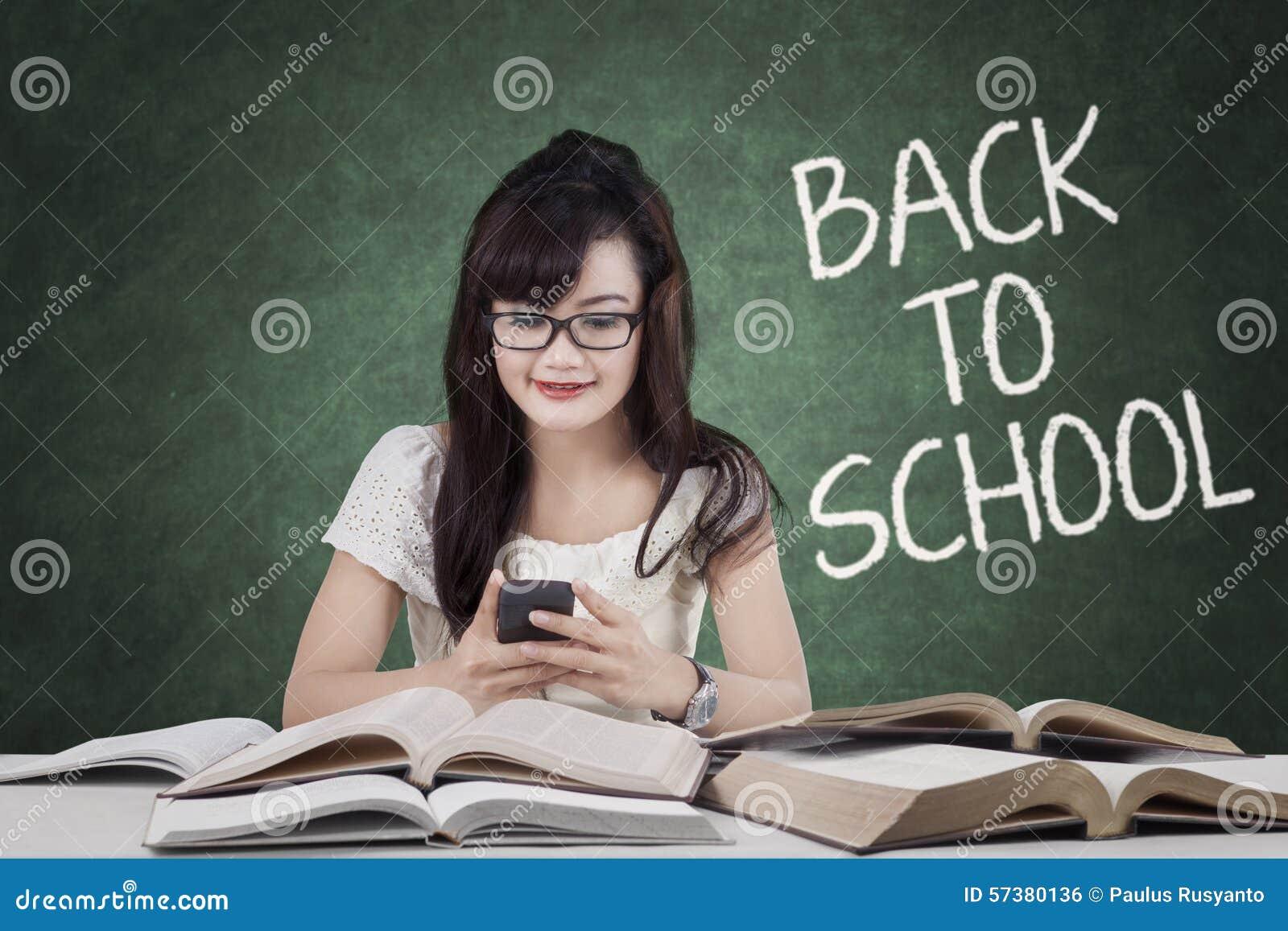 Student terug naar school en het texting in klasse
