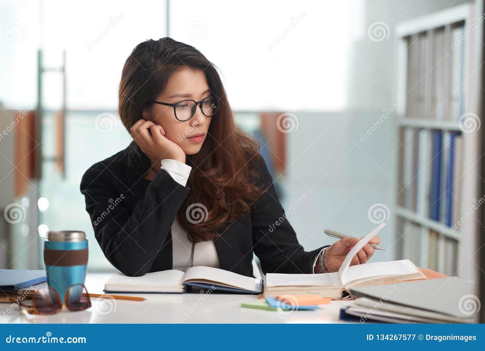 Student uniwersytetu w bibliotece