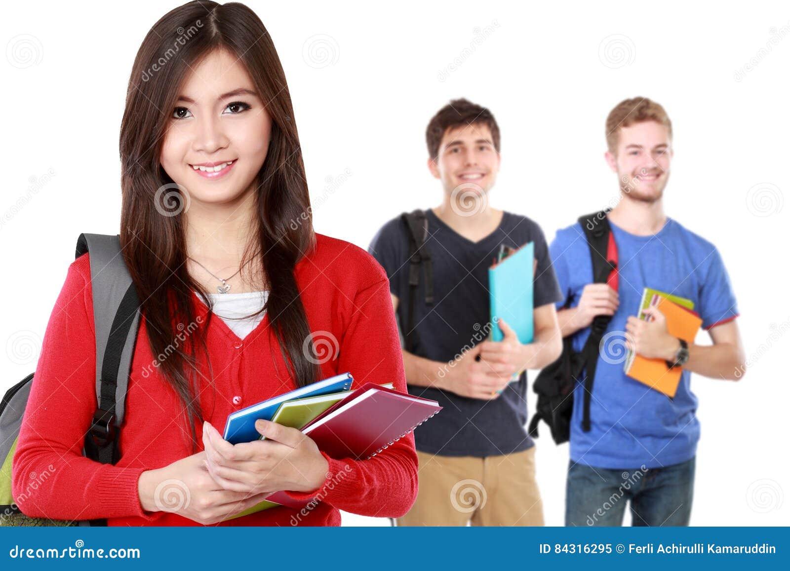 Studente abbastanza giovane che per mezzo dello zaino