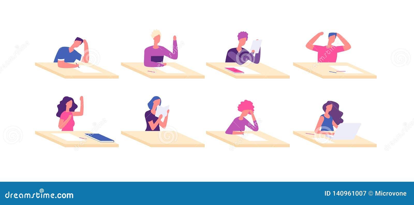 Studente agli scrittori Adolescenti di seduta dell allievo dello scrittorio della giovane ragazza del ragazzo all esame dell isti
