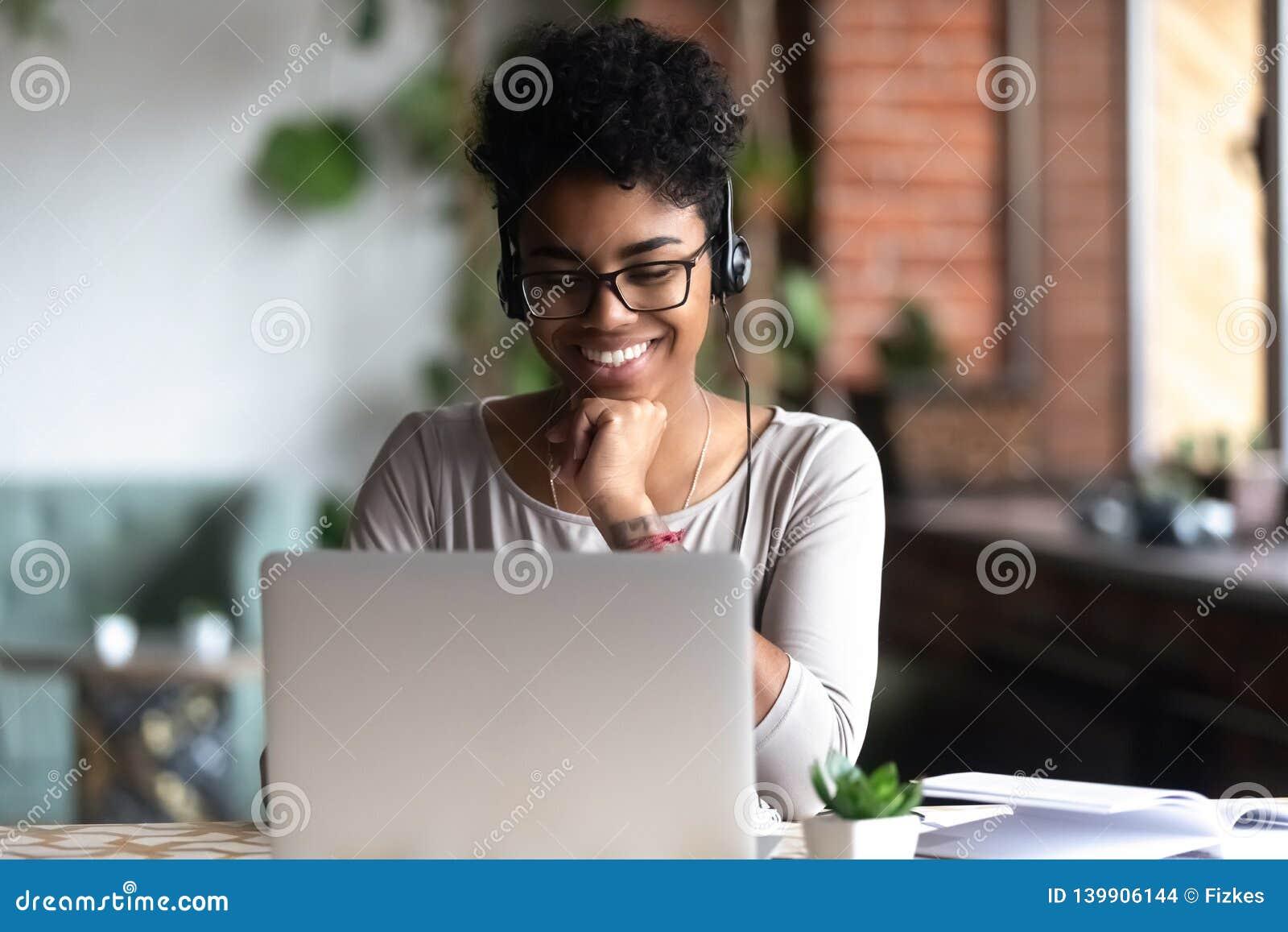 Studente astuto che impara facendo uso di Internet e delle cuffie