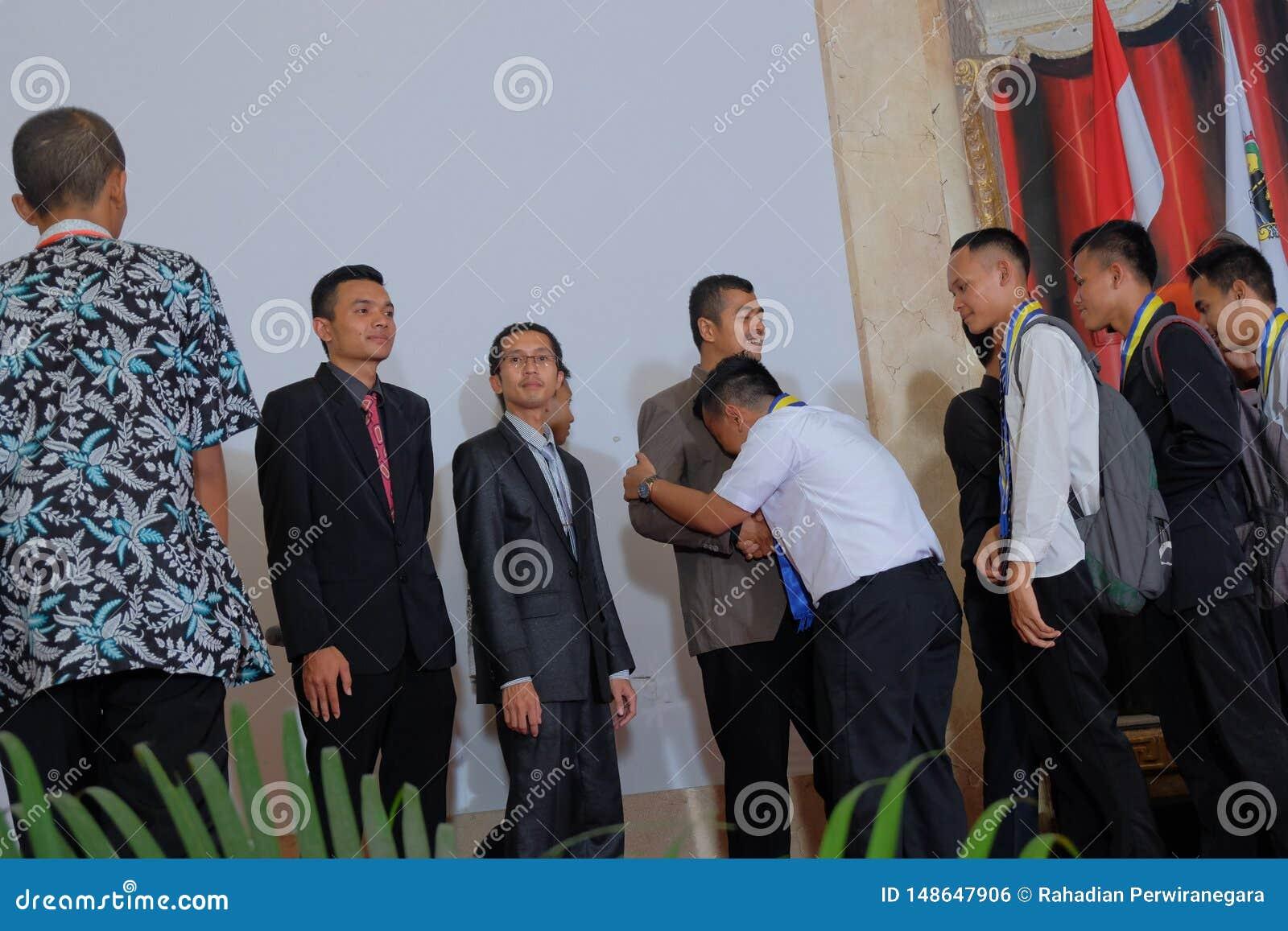 Studente che grida sulla spalla dell insegnante durante la graduazione