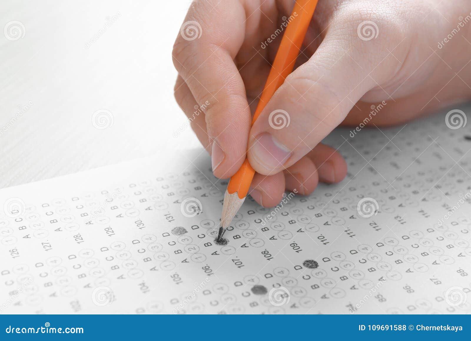 Studente che sceglie le risposte nella forma della prova per passare esame