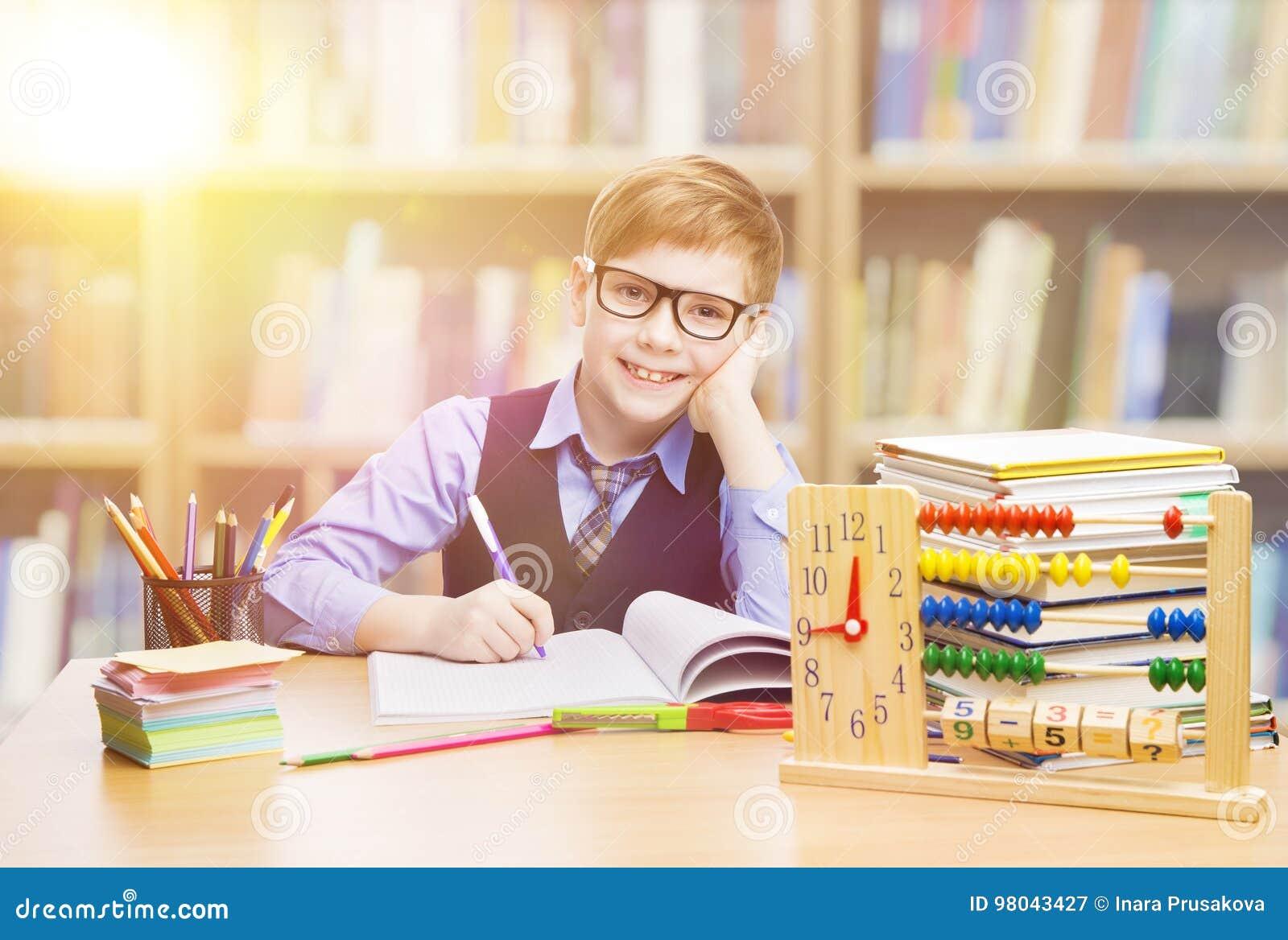 Studente Child a scuola, ragazzo del bambino che impara matematica in Classro