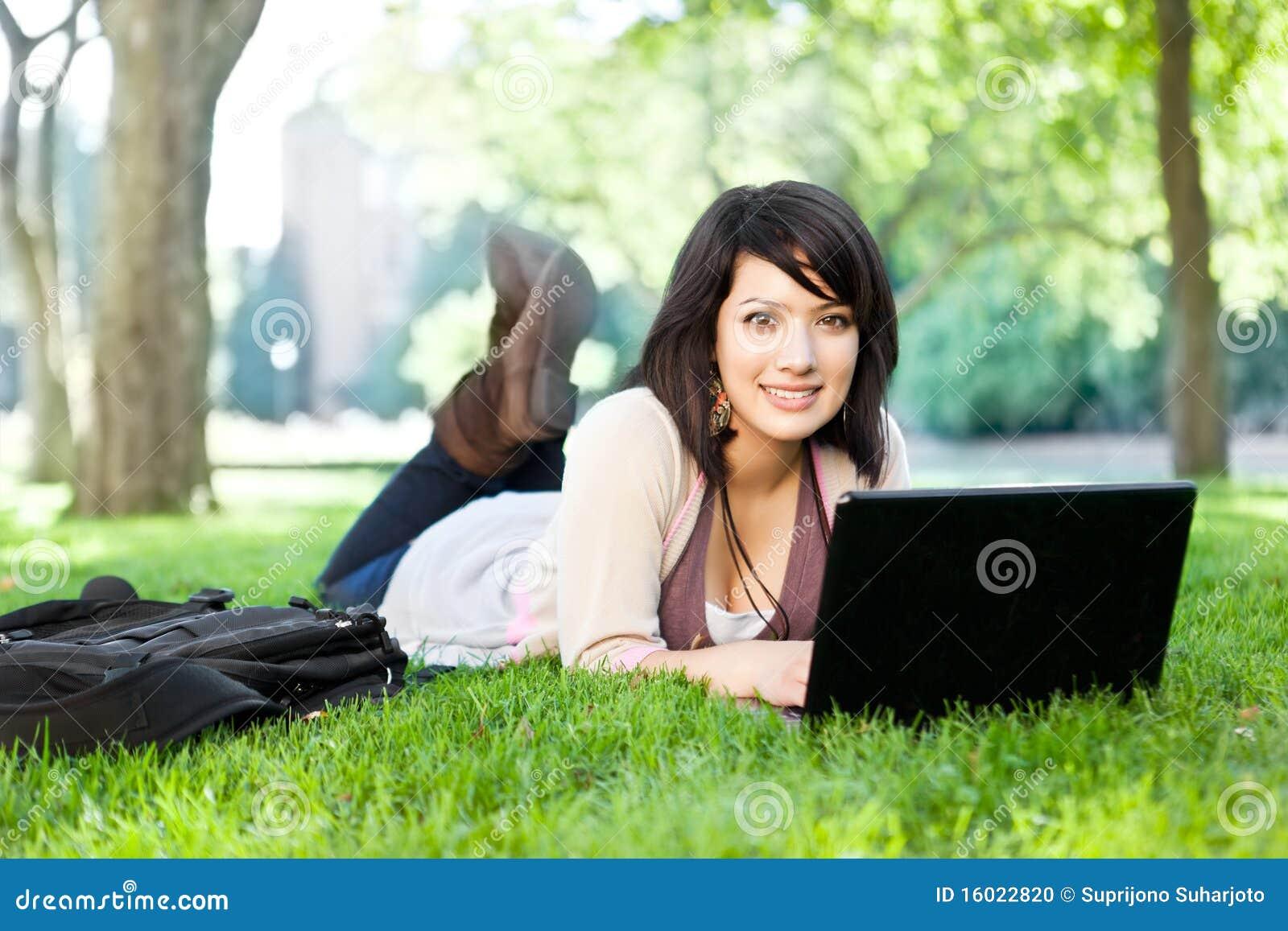 Studente di college della corsa Mixed con il computer portatile
