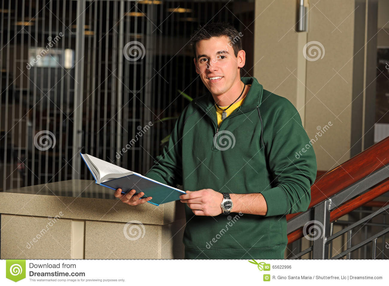 Studente di college Holding Textbook