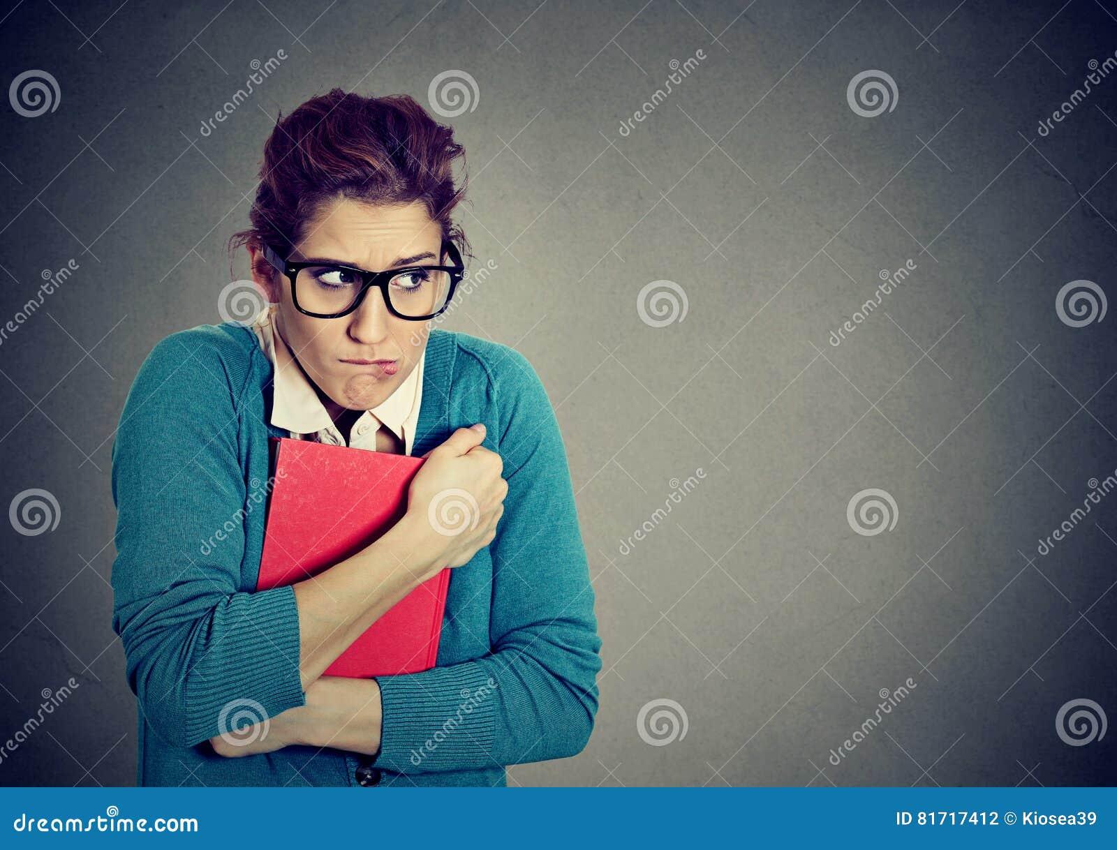 Studente nerd insicuro della giovane donna