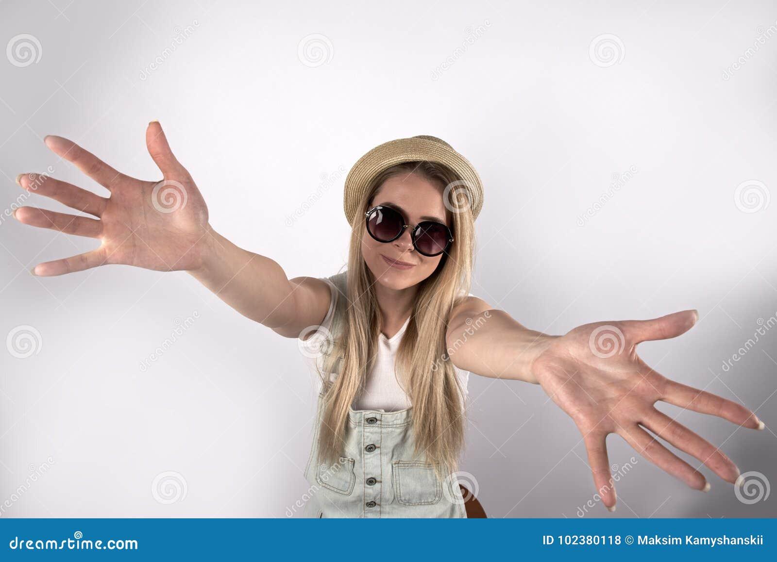 Studente turistico della giovane ragazza amichevole alla moda con un sorriso e una gioia