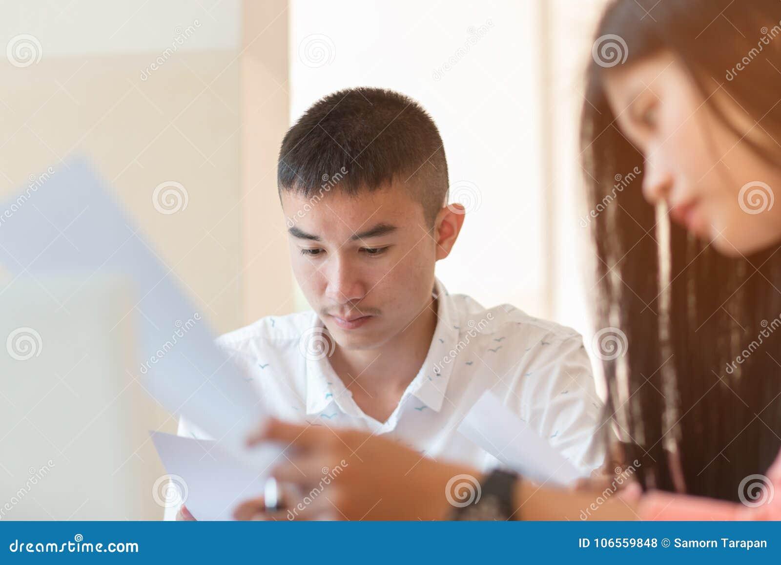 Studenten asiatischer Mann oder Startgeschäftsarbeitsgruppen mit Dokument