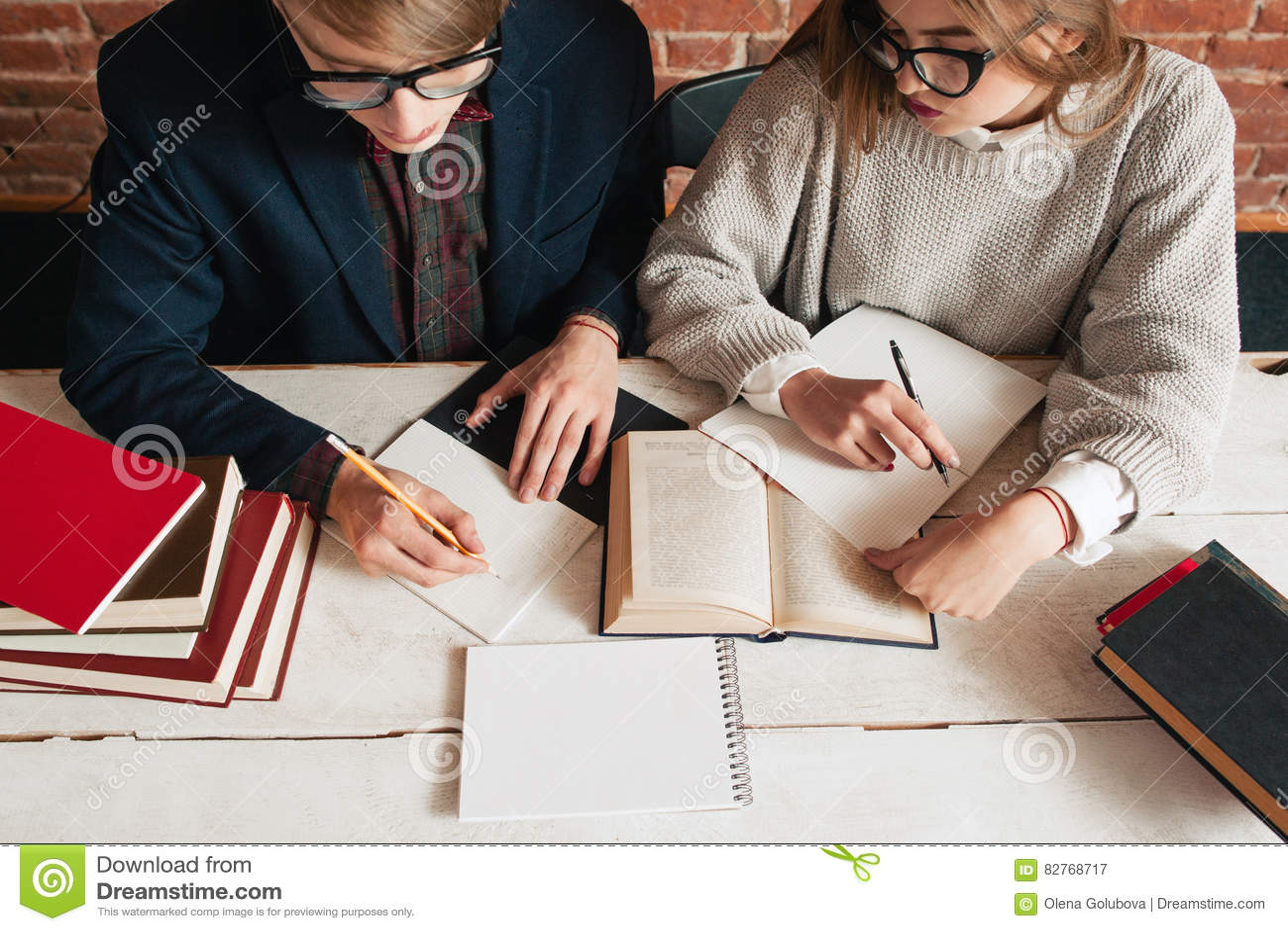 Studenten bemannen und Frau rekapitulieren Draufsicht des Textes