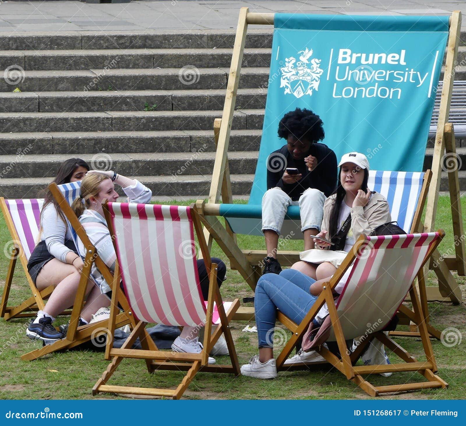 Studenten, die auf Klappstühlen an Brunel-Universität London sich entspannen