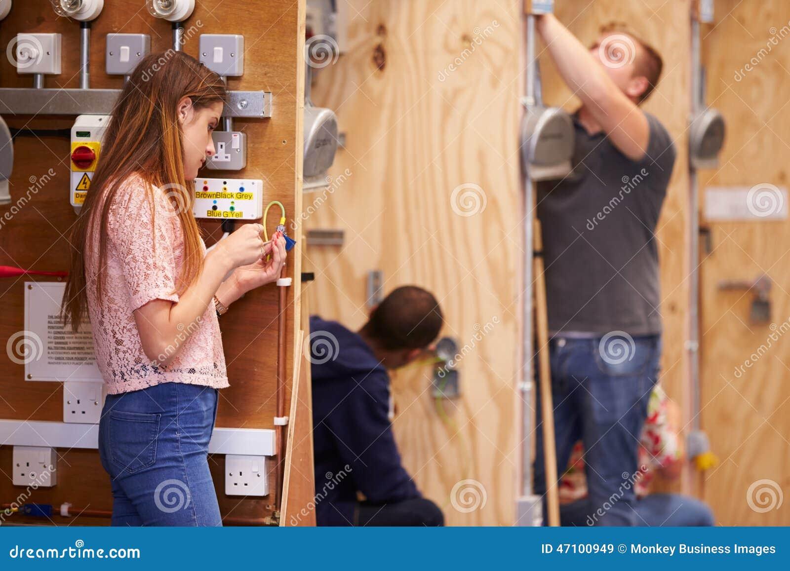 Studenten, die ausbilden, um Elektriker in der Werkstatt zu sein