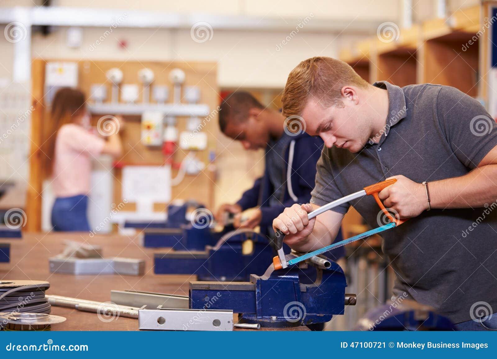 Studenten, die ausbilden, um Elektriker zu werden