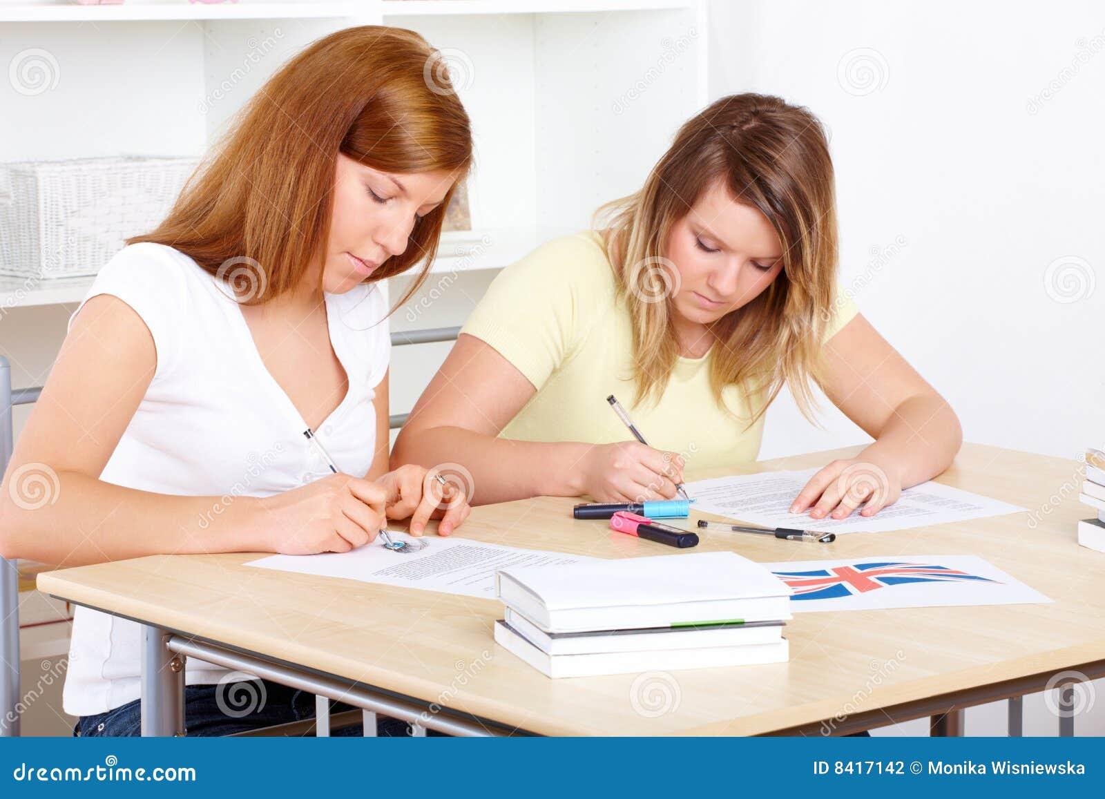 Studenten die bij bureau leren