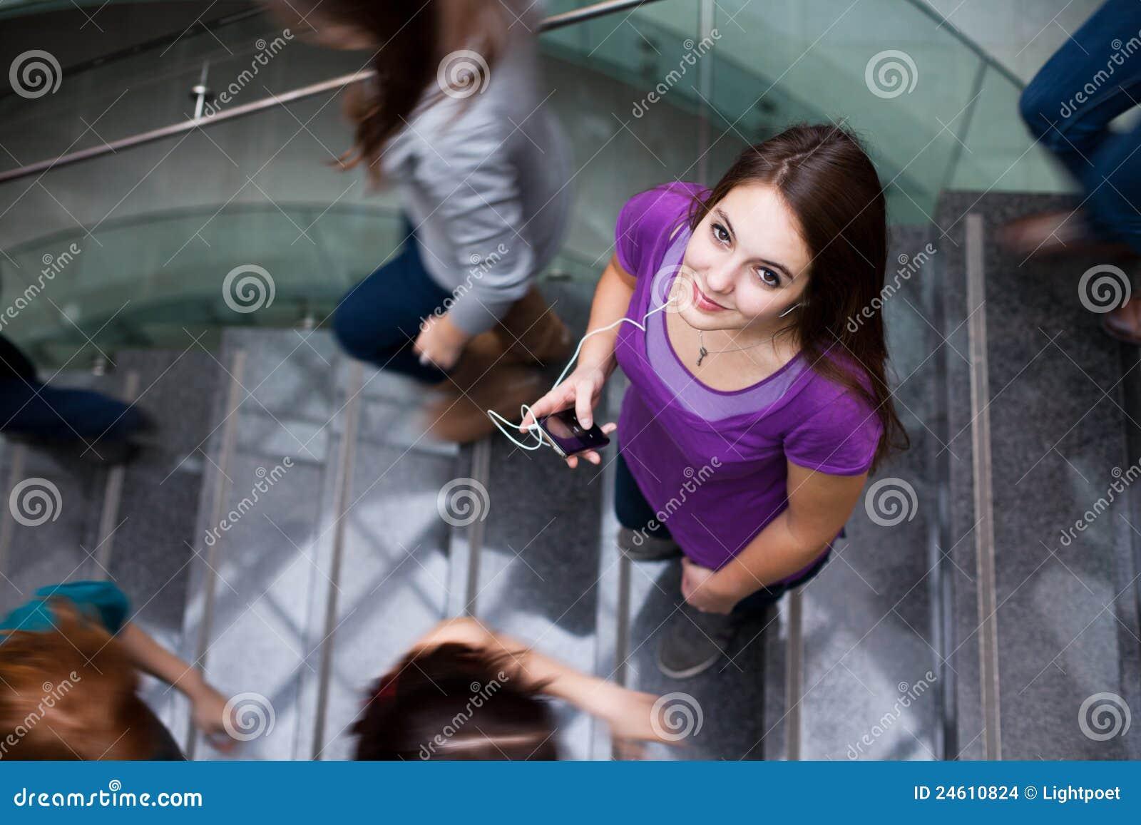 Studenten die boven en beneden een bezige trap meeslepen stock afbeeldingen afbeelding 24610824 - Beneden trap ...