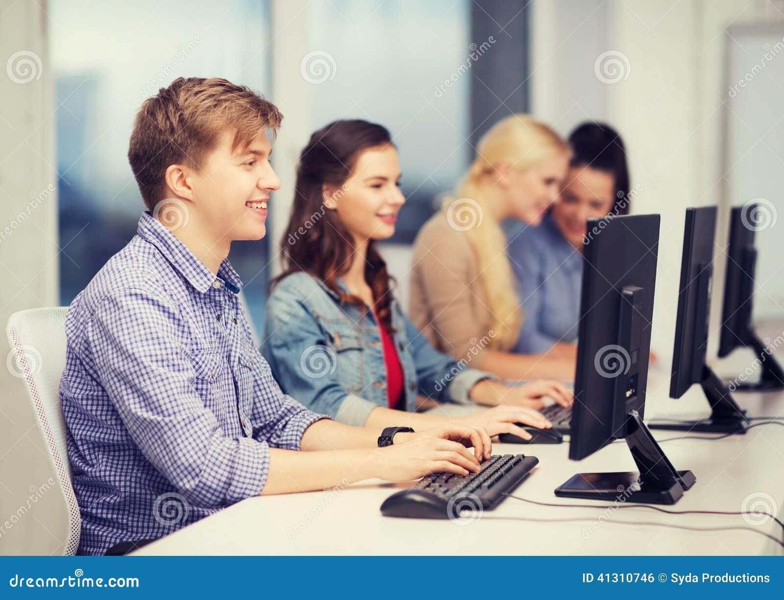 Studenten, die Computermonitor an der Schule betrachten