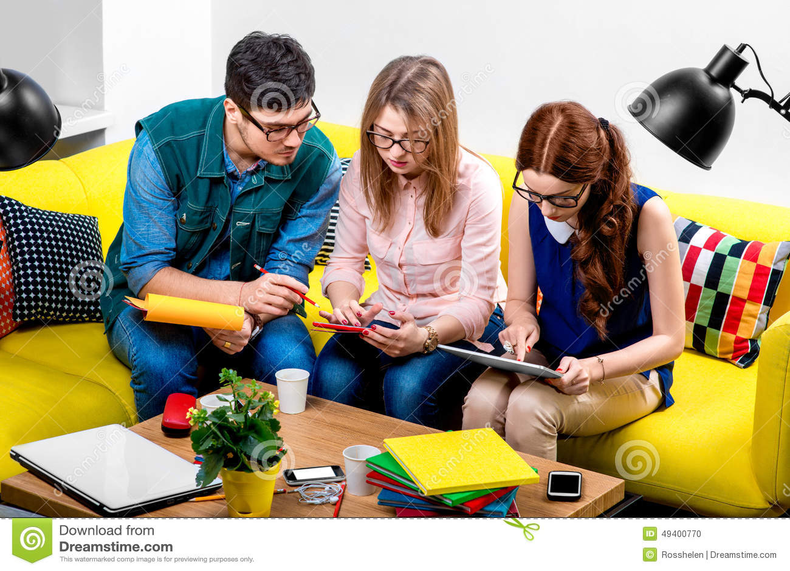 Download Studenten, Die An Der Couch Arbeiten Stockfoto - Bild von freunde, mädchen: 49400770