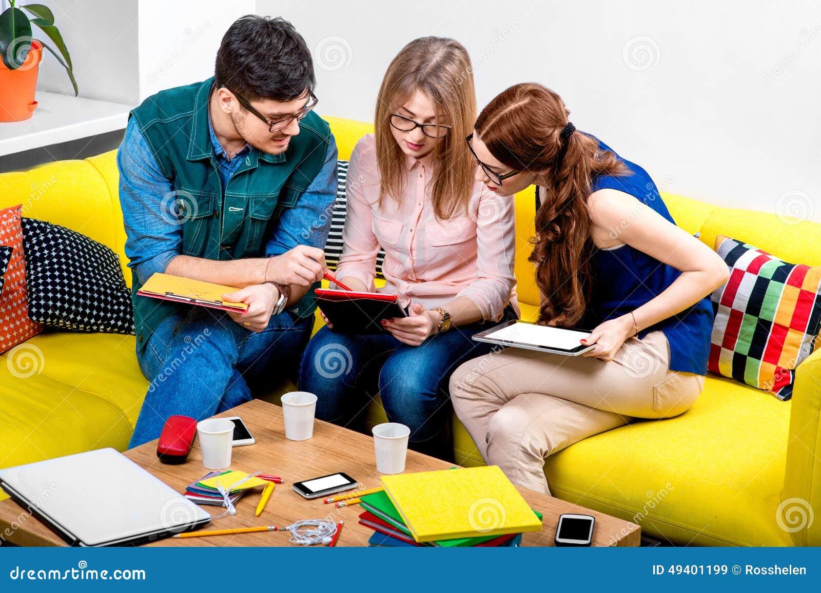 Download Studenten, Die An Der Couch Arbeiten Stockbild - Bild von sitting, ausbildung: 49401199