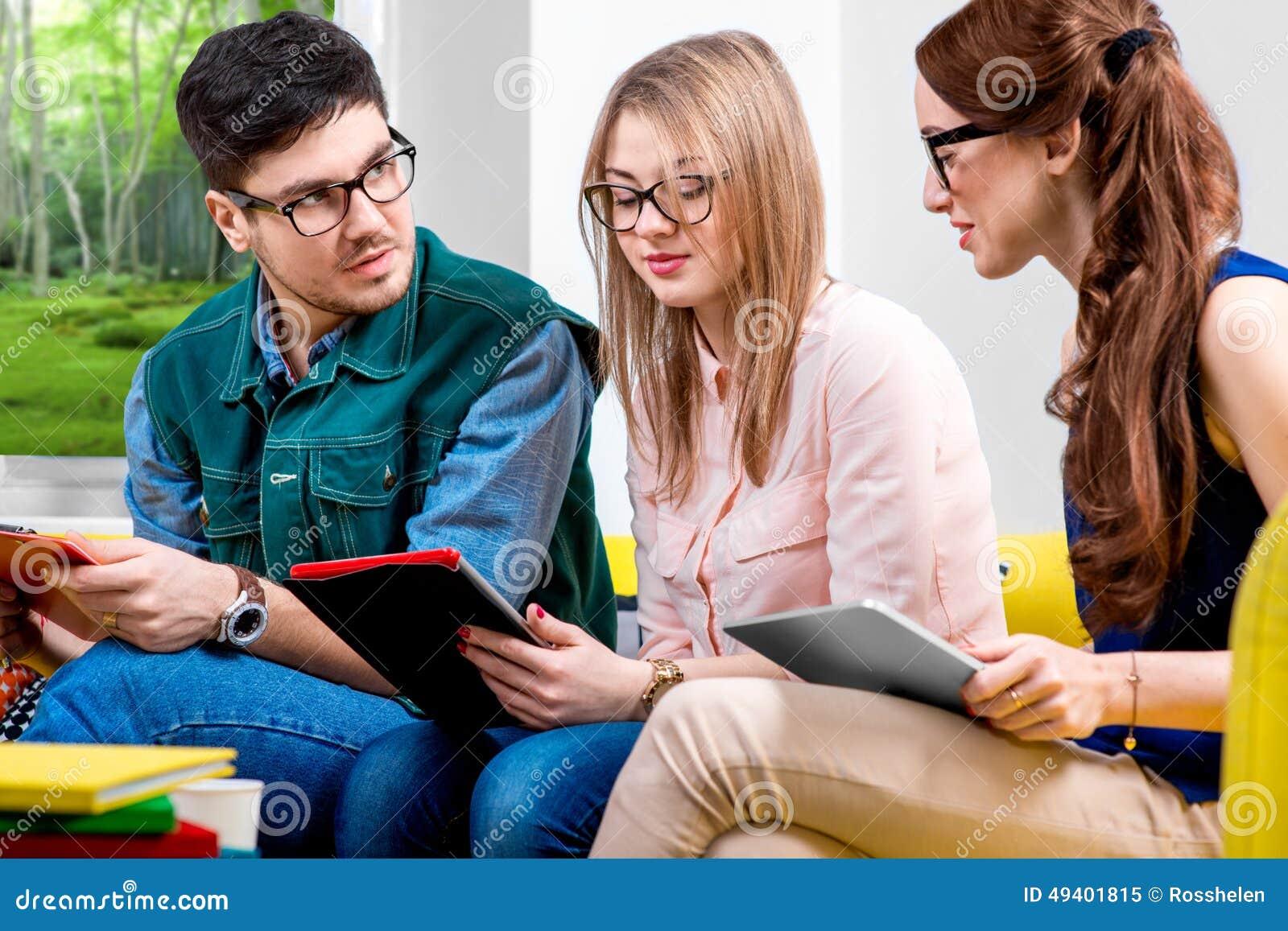 Download Studenten, Die An Der Couch Arbeiten Stockbild - Bild von lächeln, couch: 49401815