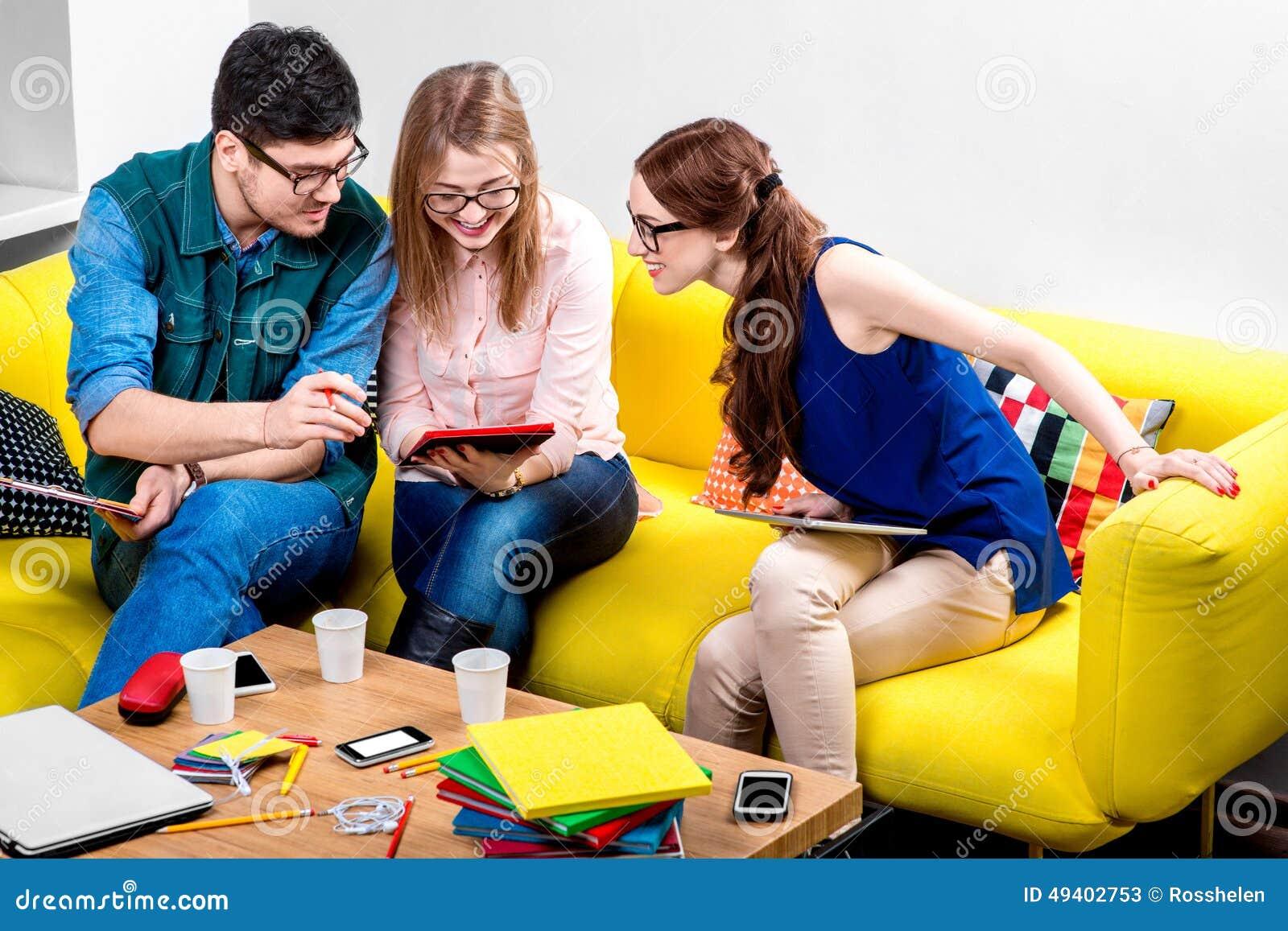 Download Studenten, Die An Der Couch Arbeiten Stockbild - Bild von entwerfer, sonderling: 49402753