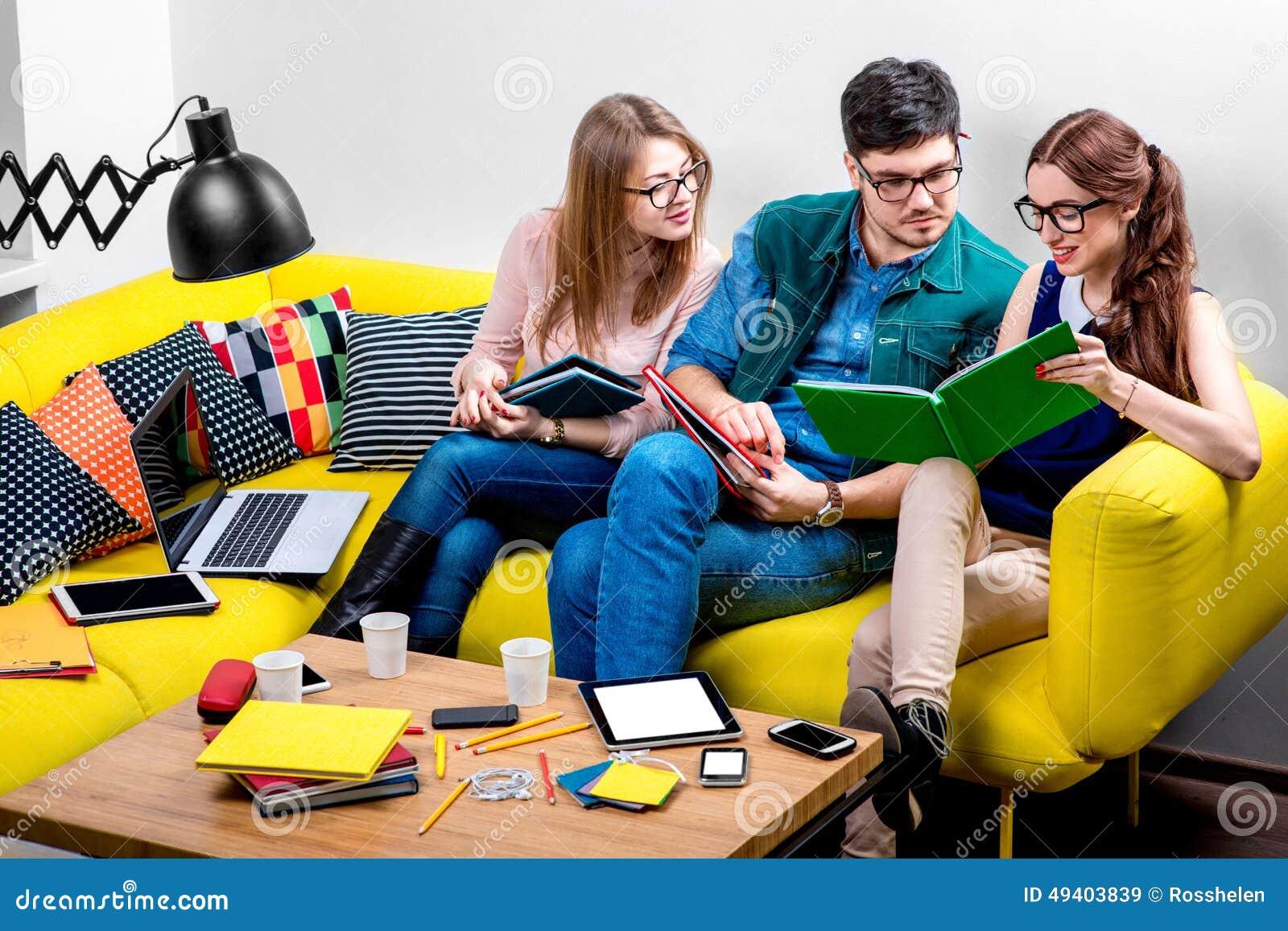 Download Studenten, Die An Der Couch Arbeiten Stockbild - Bild von entwerfer, computer: 49403839