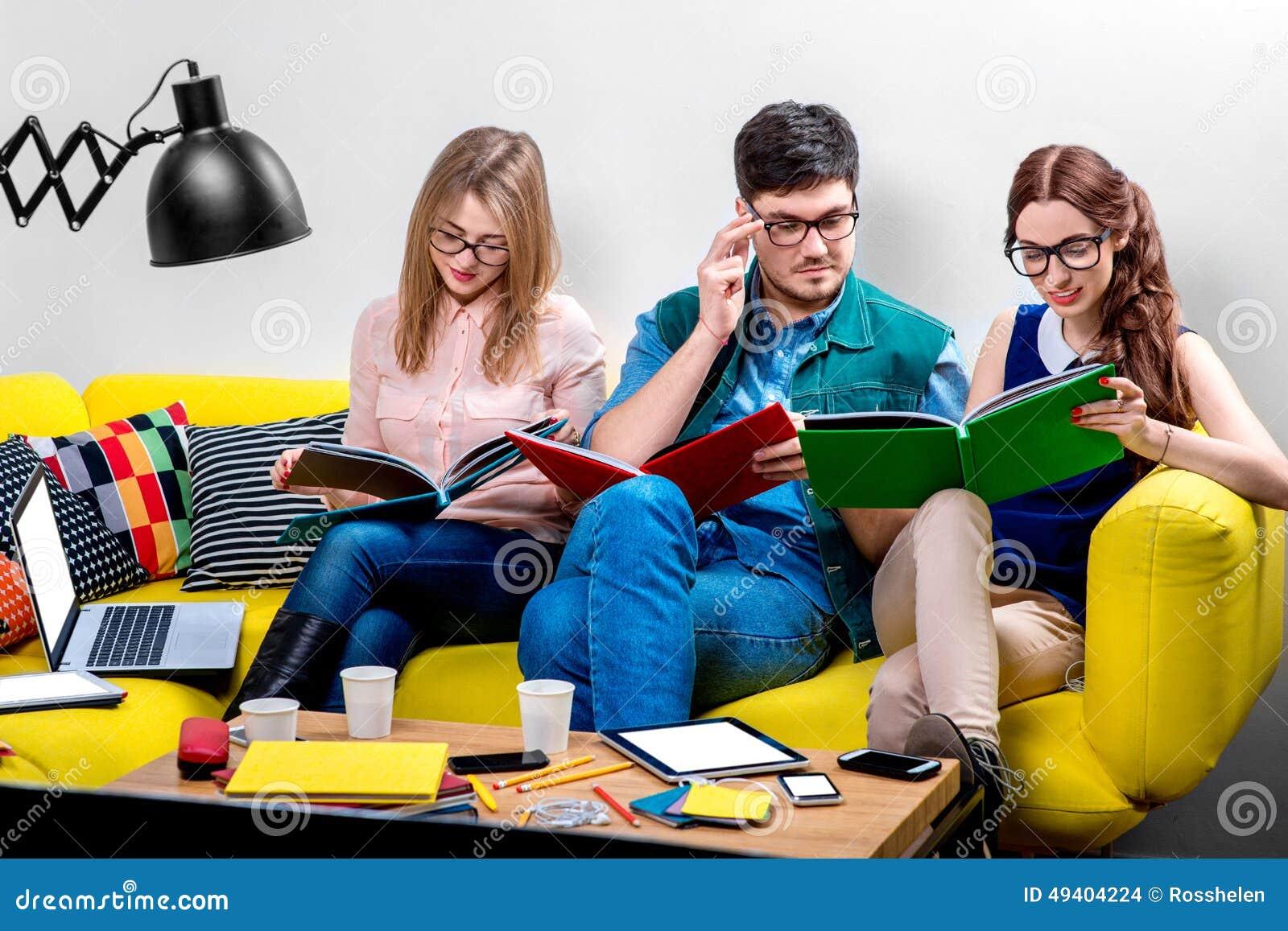 Download Studenten, Die An Der Couch Arbeiten Stockfoto - Bild von bunt, gruppe: 49404224