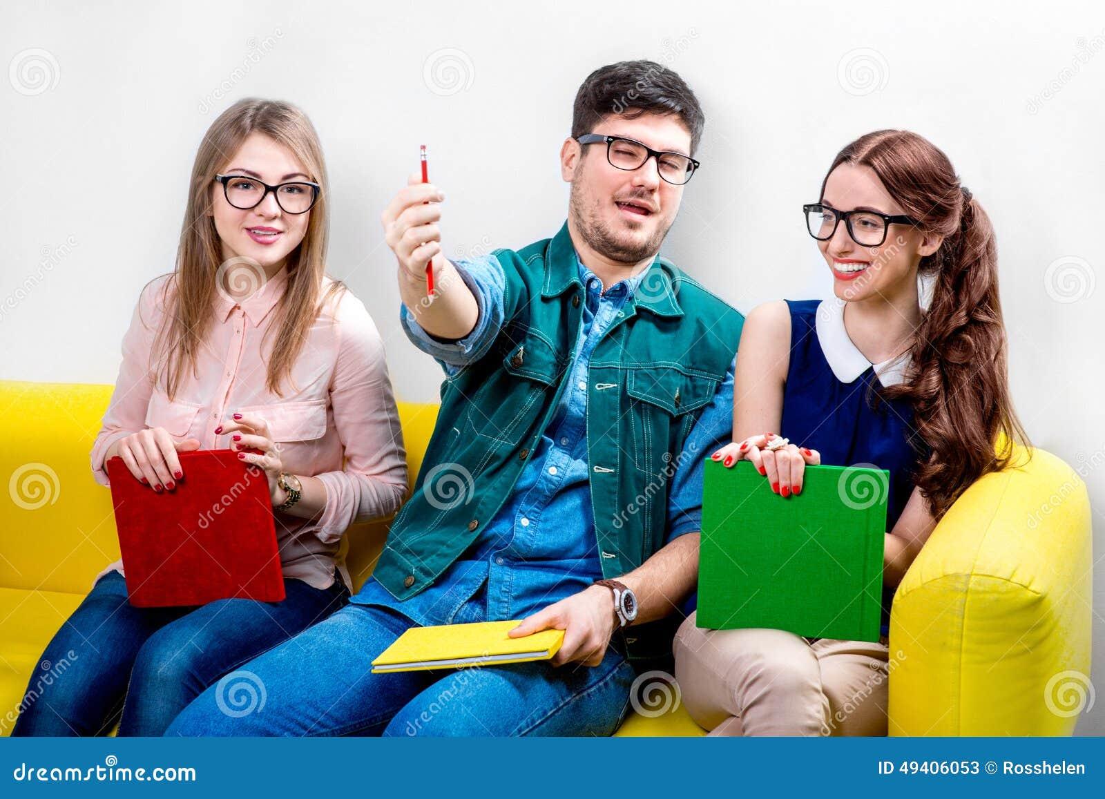 Download Studenten, Die An Der Couch Arbeiten Stockbild - Bild von freundschaft, gruppe: 49406053