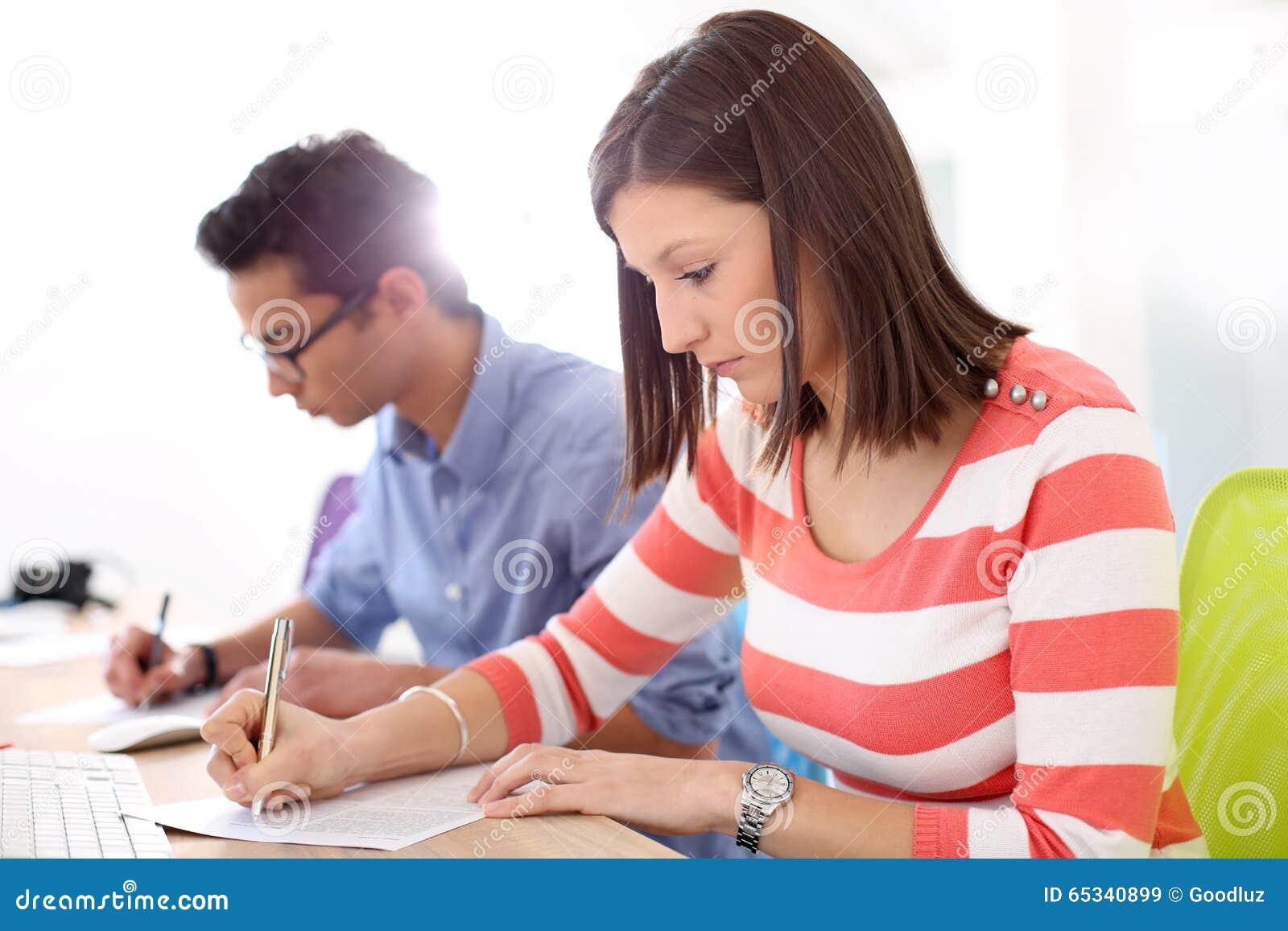 Studenten, Die In Der Schule Prüfung Schreiben Stockbild - Bild von ...