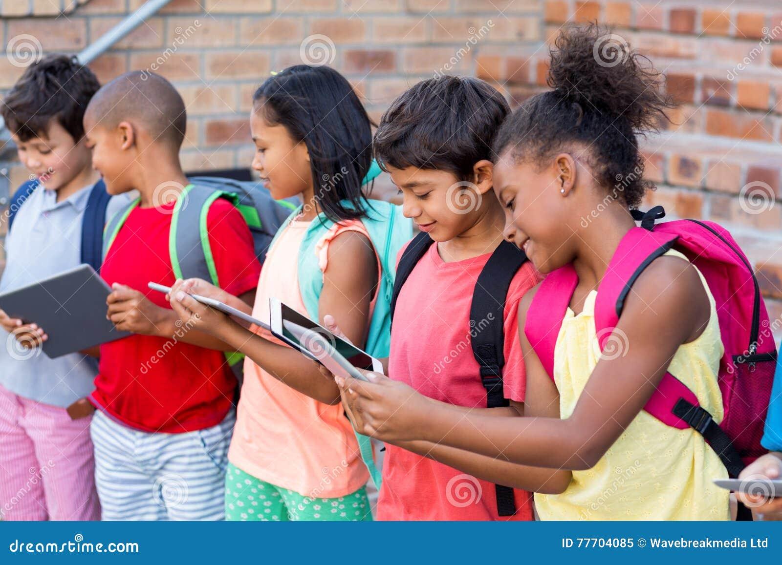 Studenten die digitale tabletten gebruiken