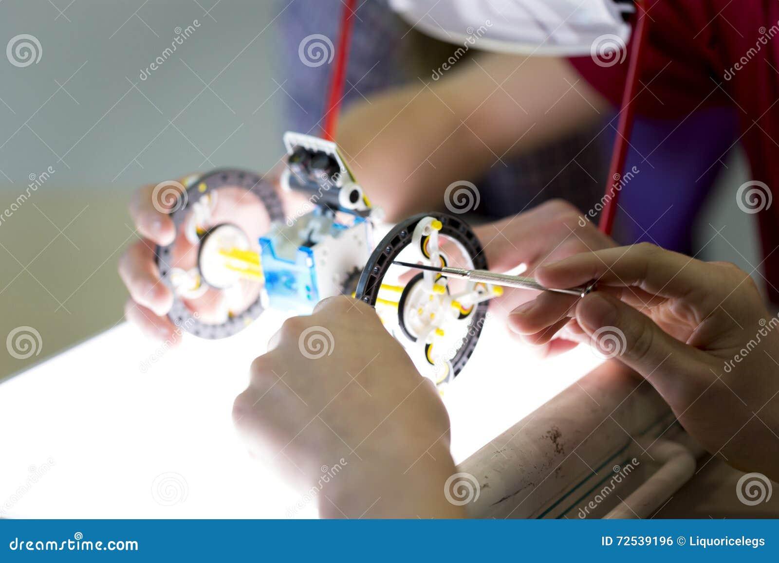 Studenten, die einen Roboter errichten