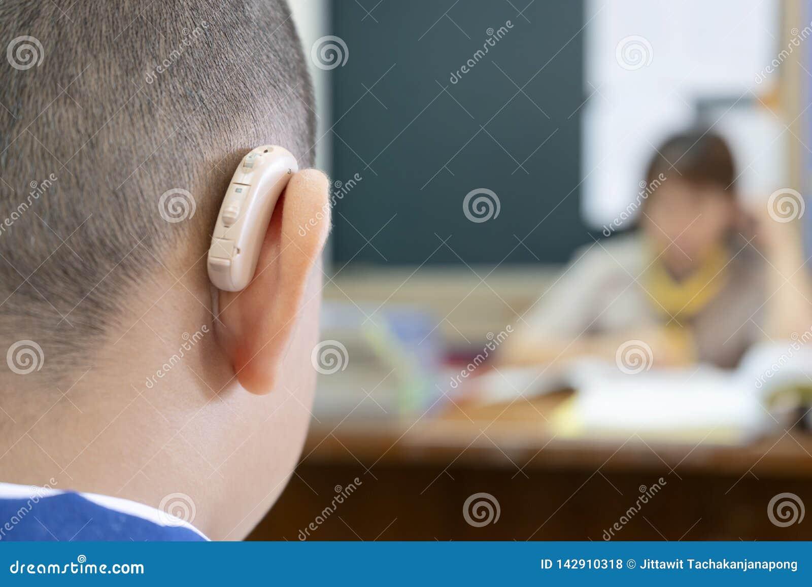 Studenten, die Hörgeräte tragen, um Hörenleistungsfähigkeit zu erhöhen