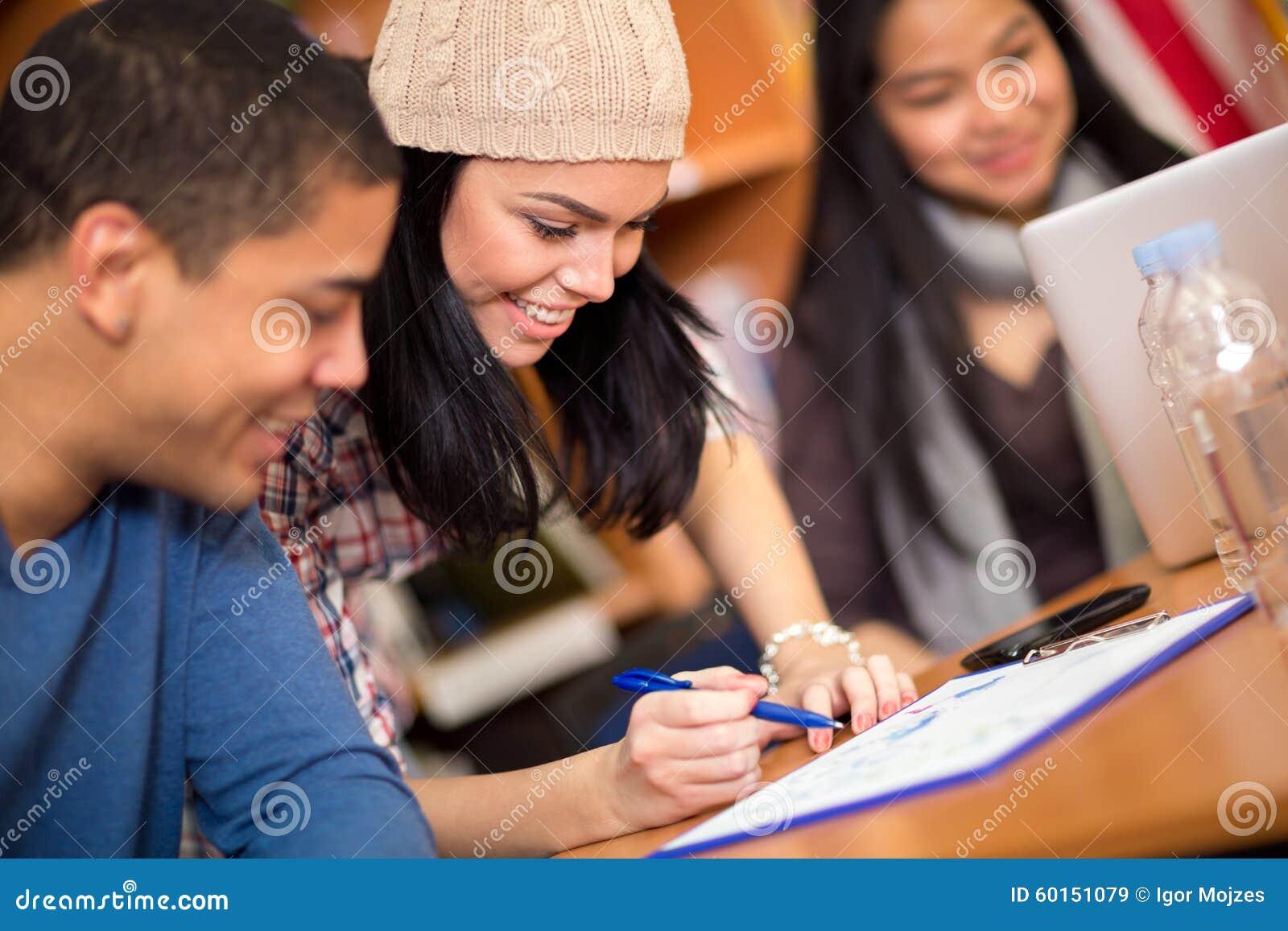 Studenten, die ihre Aufgabe schreiben