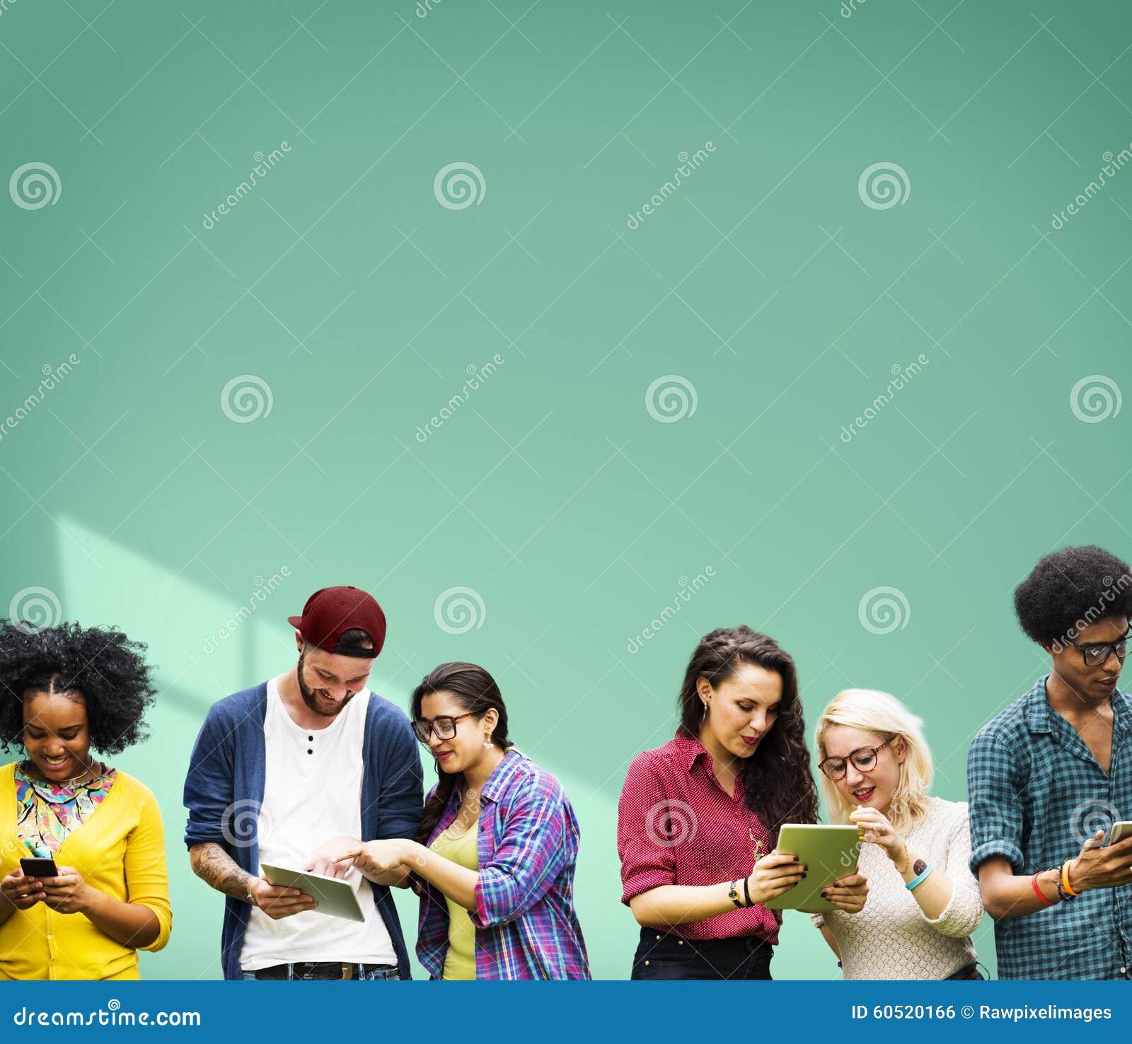 Studenten die Onderwijs Vrolijke Sociale Media leren