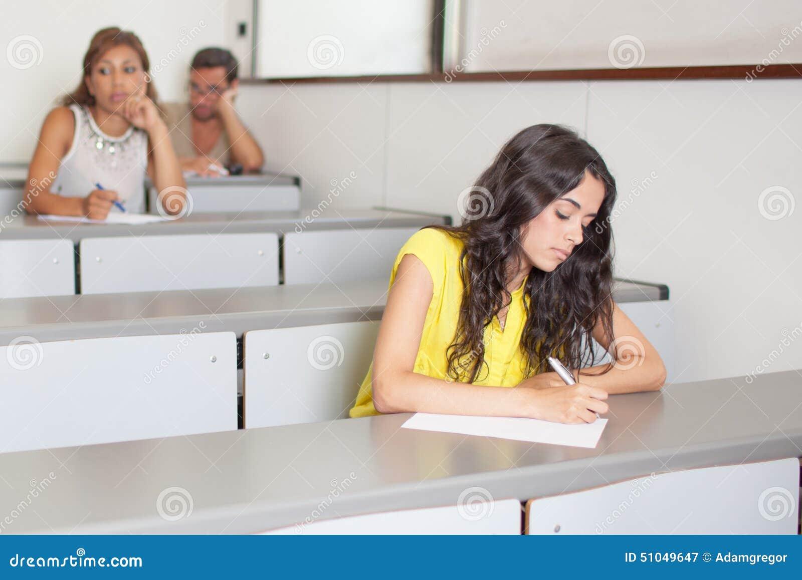Studenten Die Eine Prüfung Klassenzimmer Schreiben Stock Photos - 30 ...