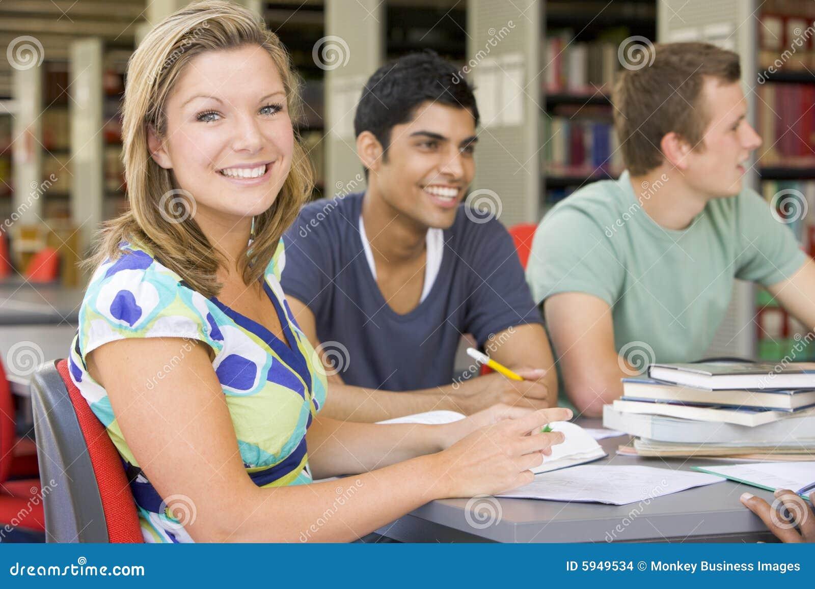Studenten die samen in een bibliotheek bestuderen