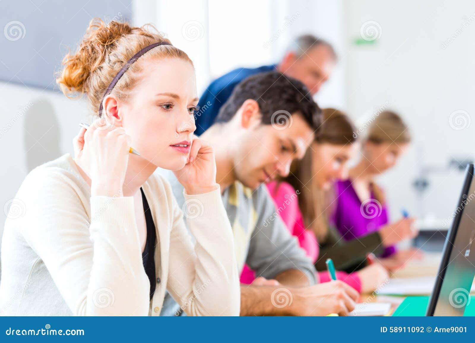Studenten, Die Test Schreiben Stockfoto - Bild von blatt, aufgaben ...