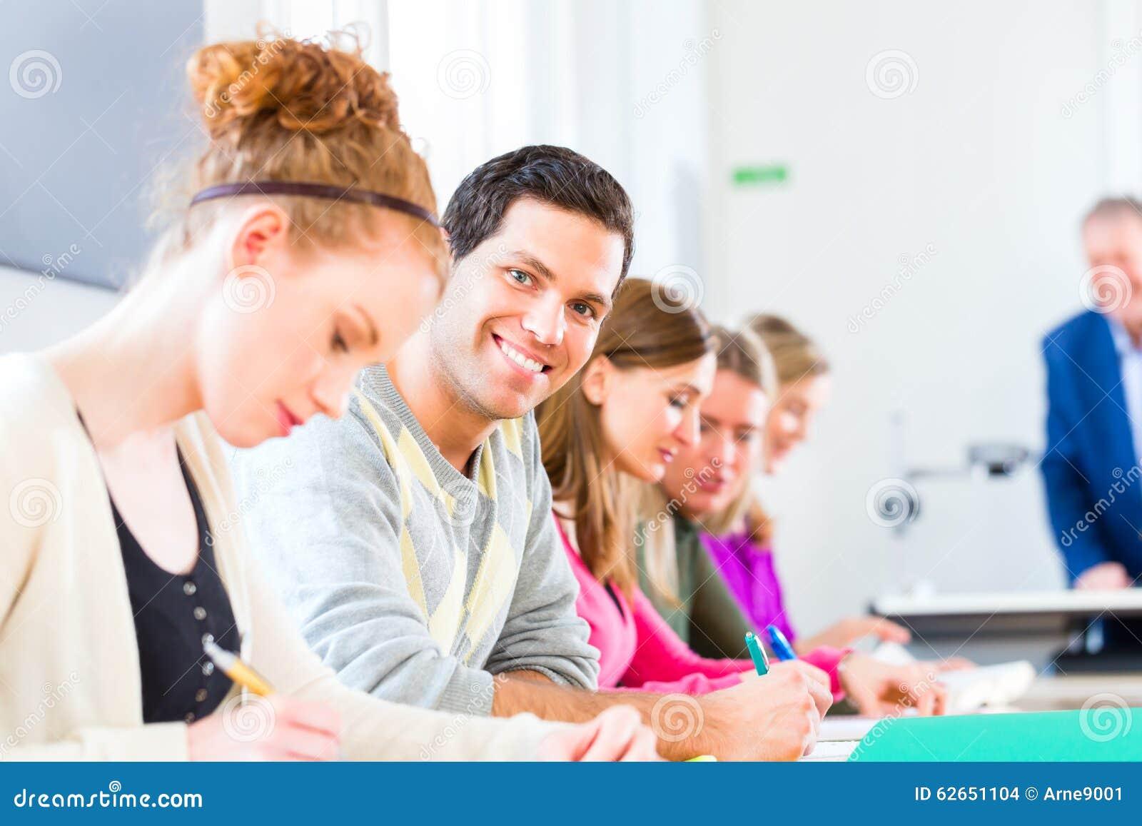 Studenten, Die Test Schreiben Stockfoto - Bild von oversee, druck ...