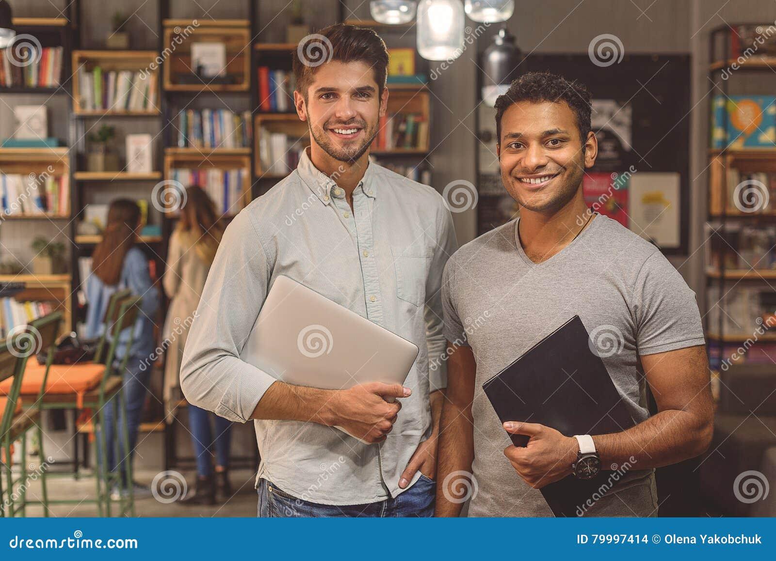 Studenten die in universitaire bibliotheek werken