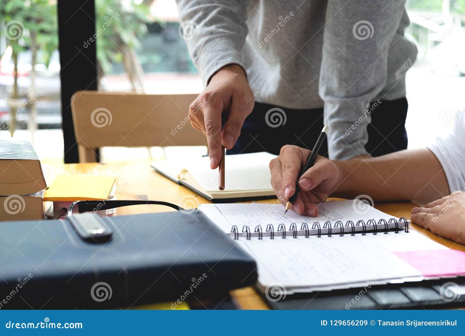 Studenten hilft dem Freund, der abhängiges zusätzliches i unterrichtet und lernt