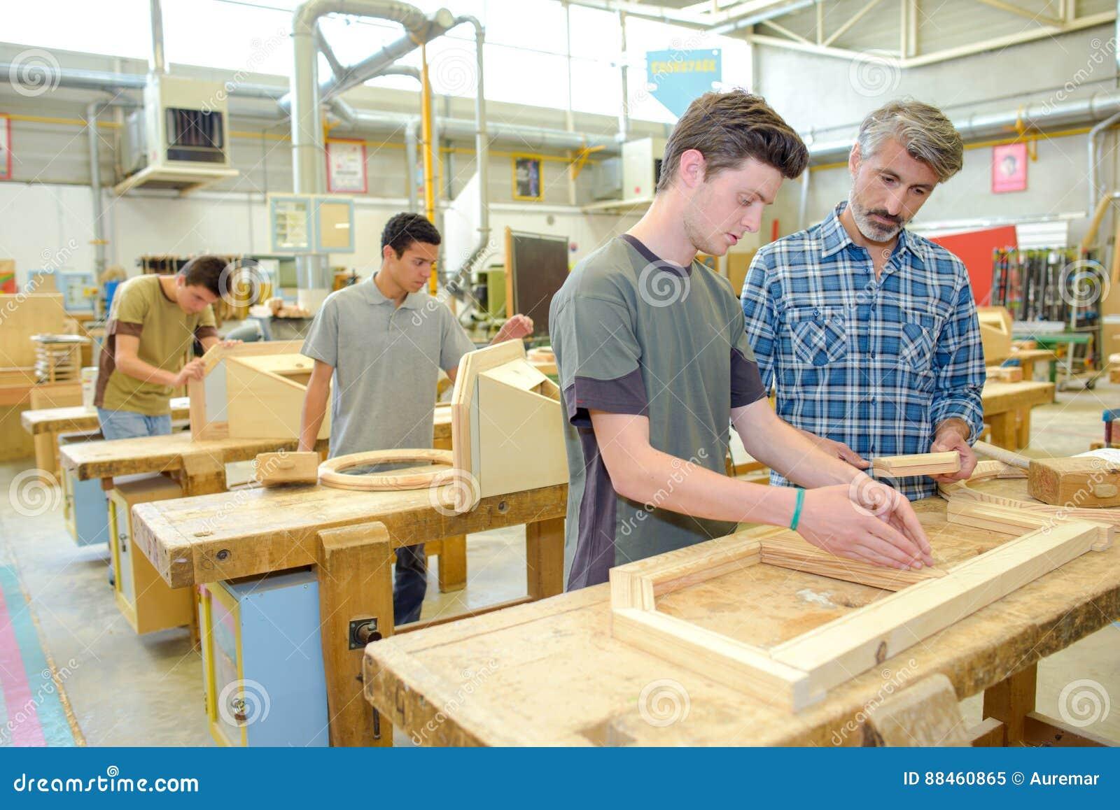 studenten-houtbewerkingsklasse-88460865.jpg